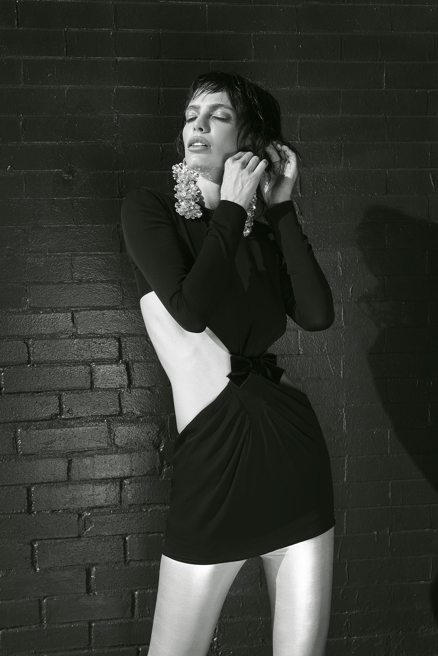 Mini vestido, leggings y aretes todo de Tom Ford, Saks Fifth Avenue.