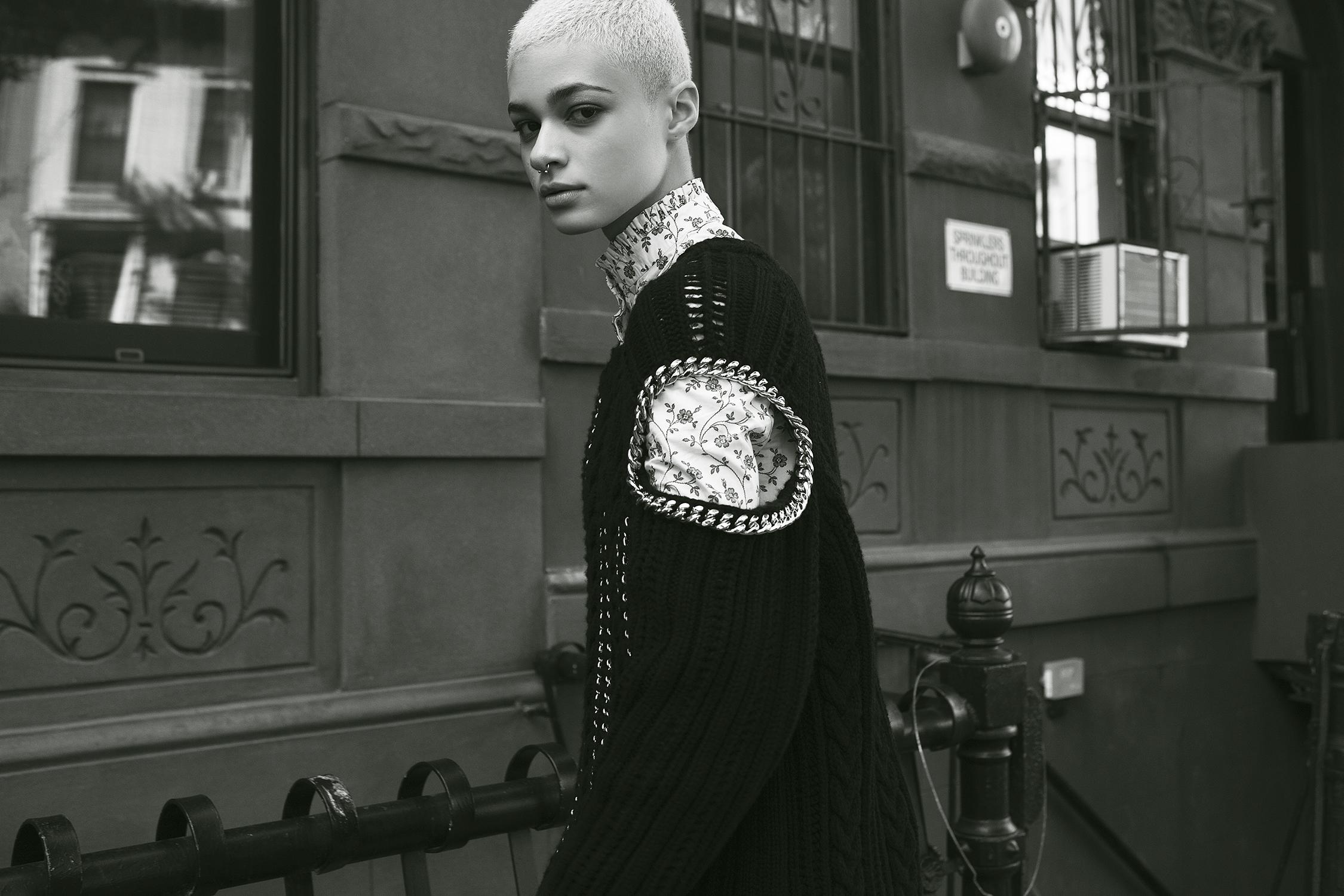 Mini vestido Alexander McQueen, suéter tejido, y botas, Saks Fifth Avenue. Vestido