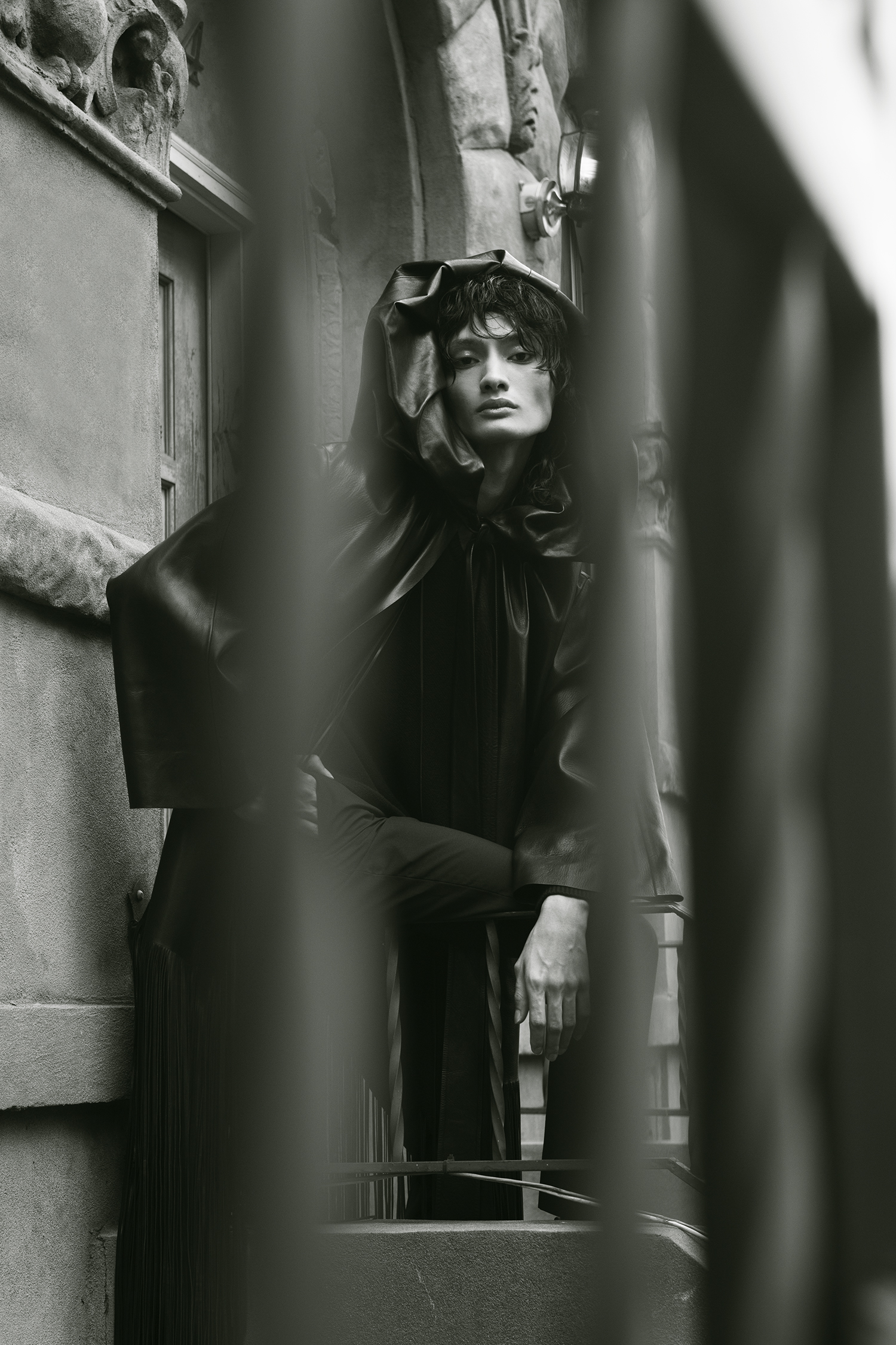 Abrigo de piel, pantalones y top de Valentino, Saks Fifth Avenue.
