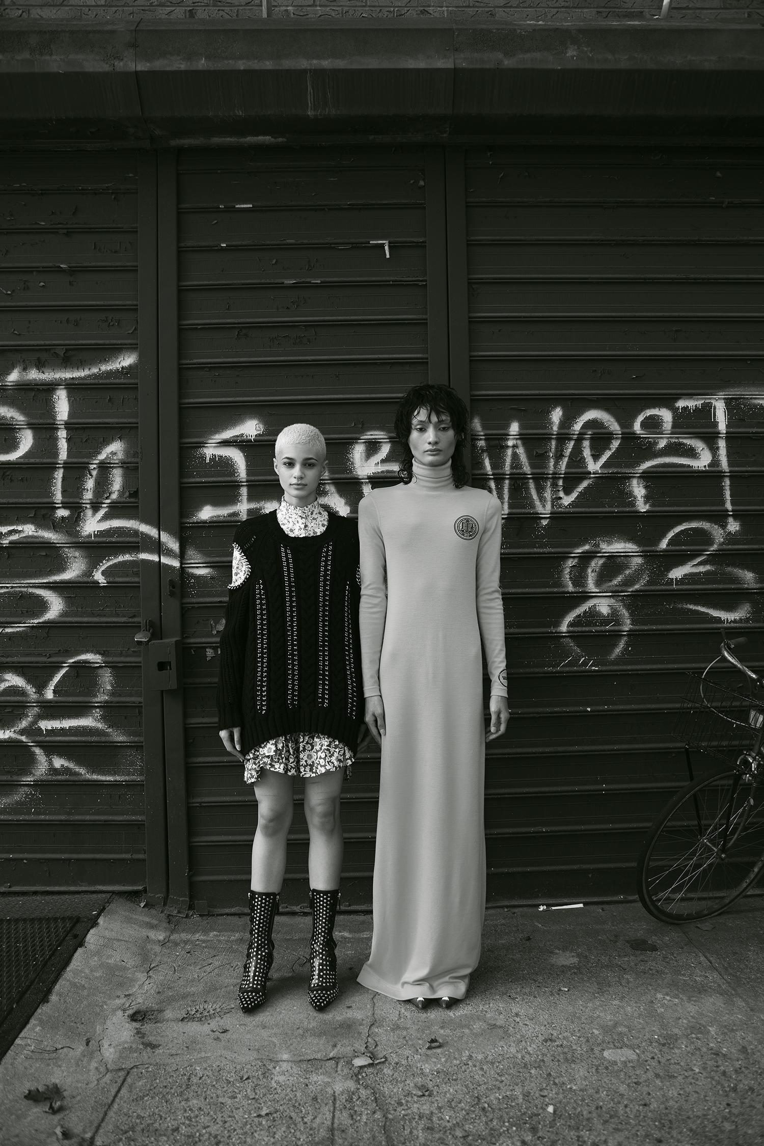 Mini vestido Alexander McQueen, suéter tejido, y botas, Saks Fifth Avenue. Vestido Calvin Klein, Saks Fifth Avenue.