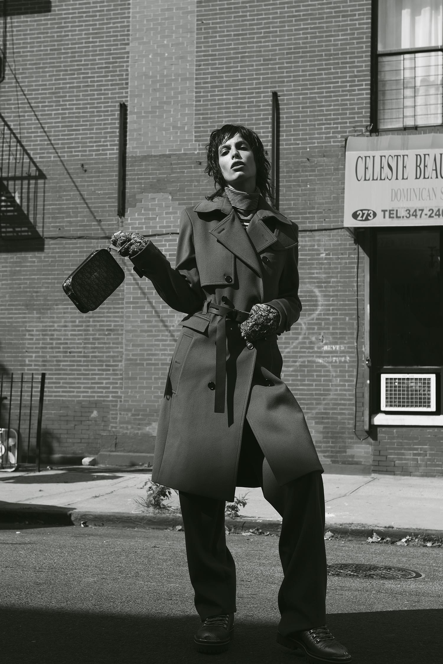 Trench Coat y guantes tejidos de lana de Dior Homme, Saks Fifth Avenue.