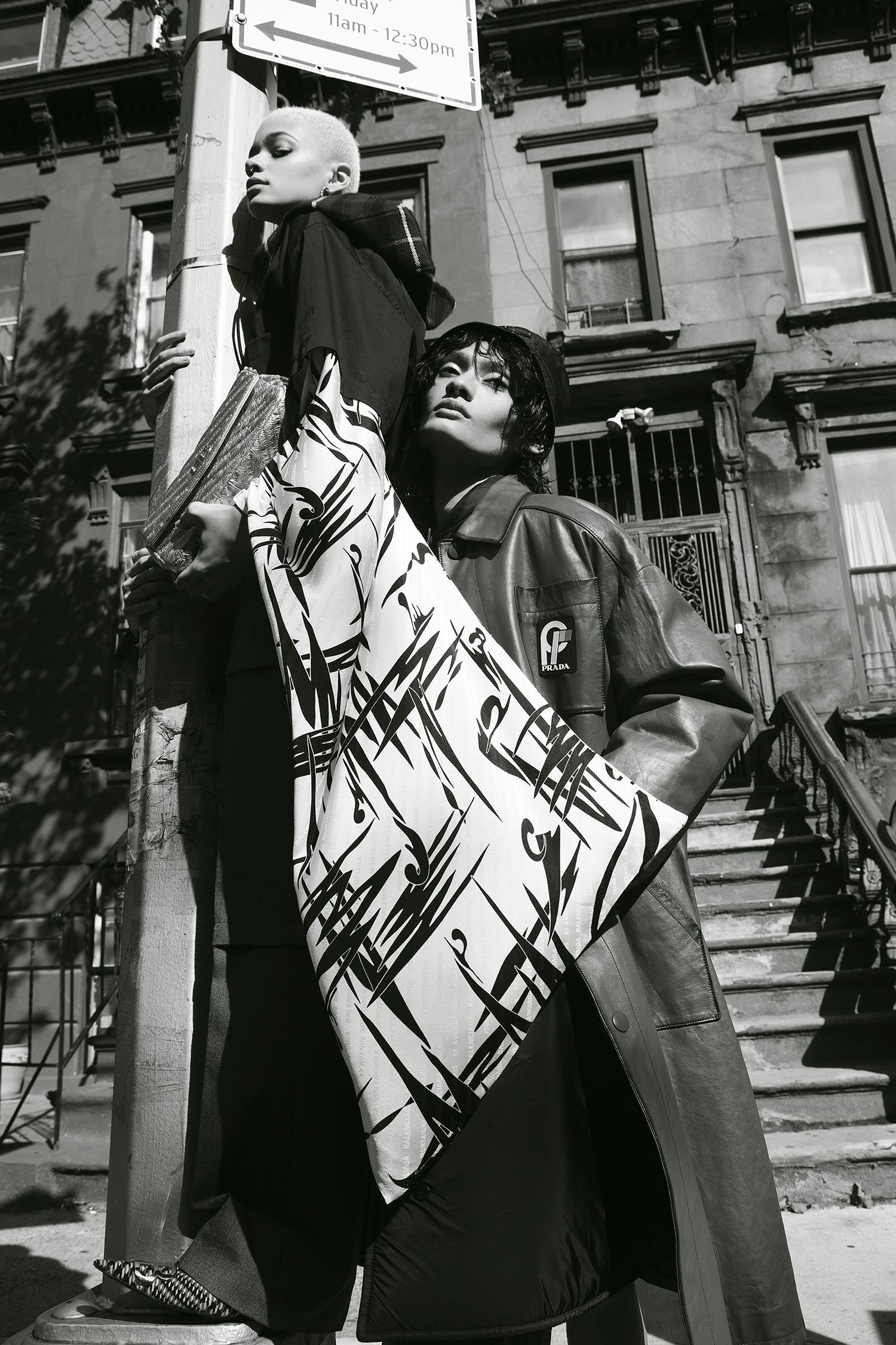 Kimono de algodón Balenciaga, pantalón de lana, bufanda y bolsa, Saks Fifth Avenue. Abrigo para hombre y sombrero de Prada, Saks Fifth Avenue.