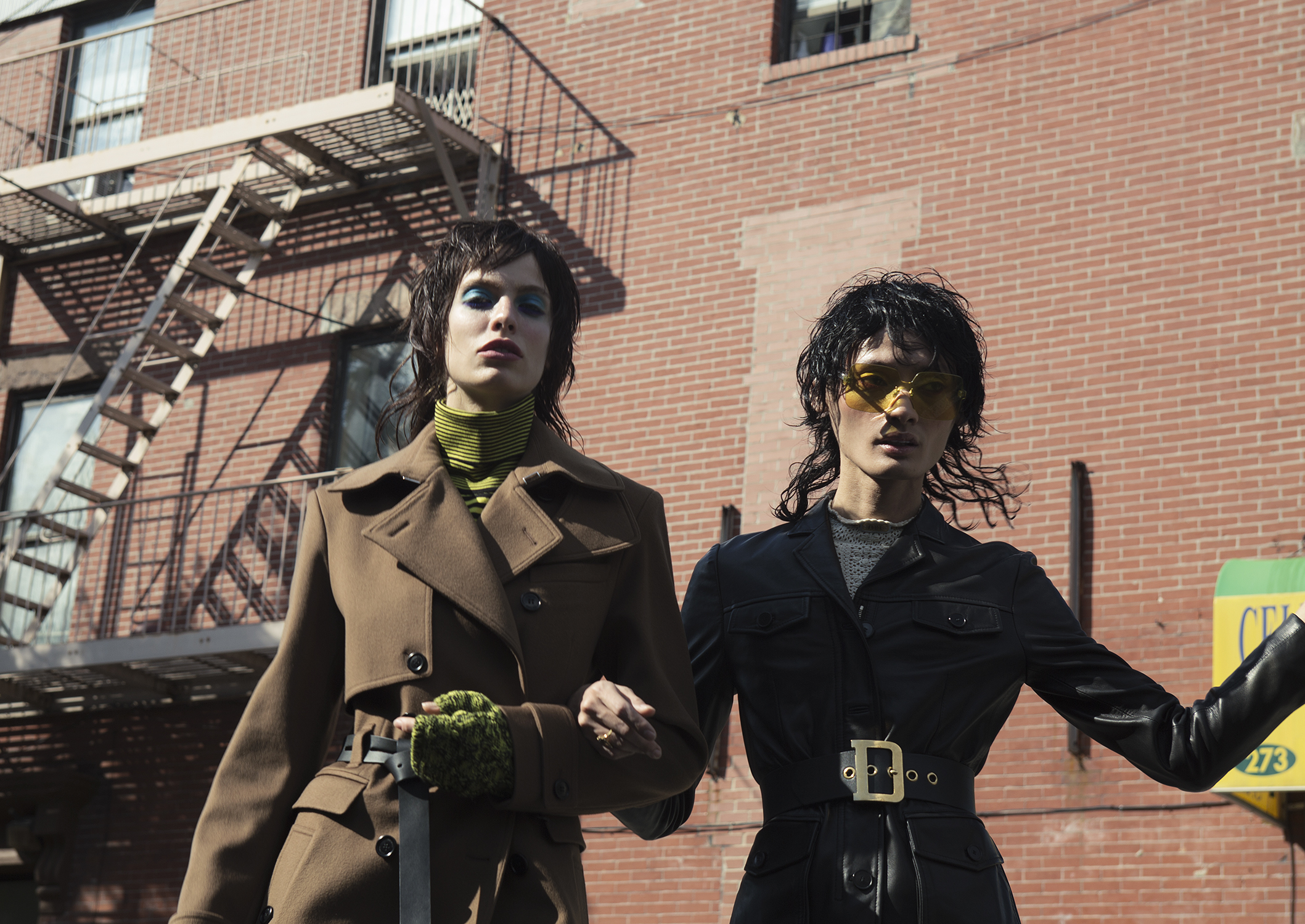 Trench Coat y guantes tejidos de lana de Dior Homme, Saks Fifth Avenue. Chaqueta de cuero de Dior, suéter crochet, Saks Fifth Avenue.