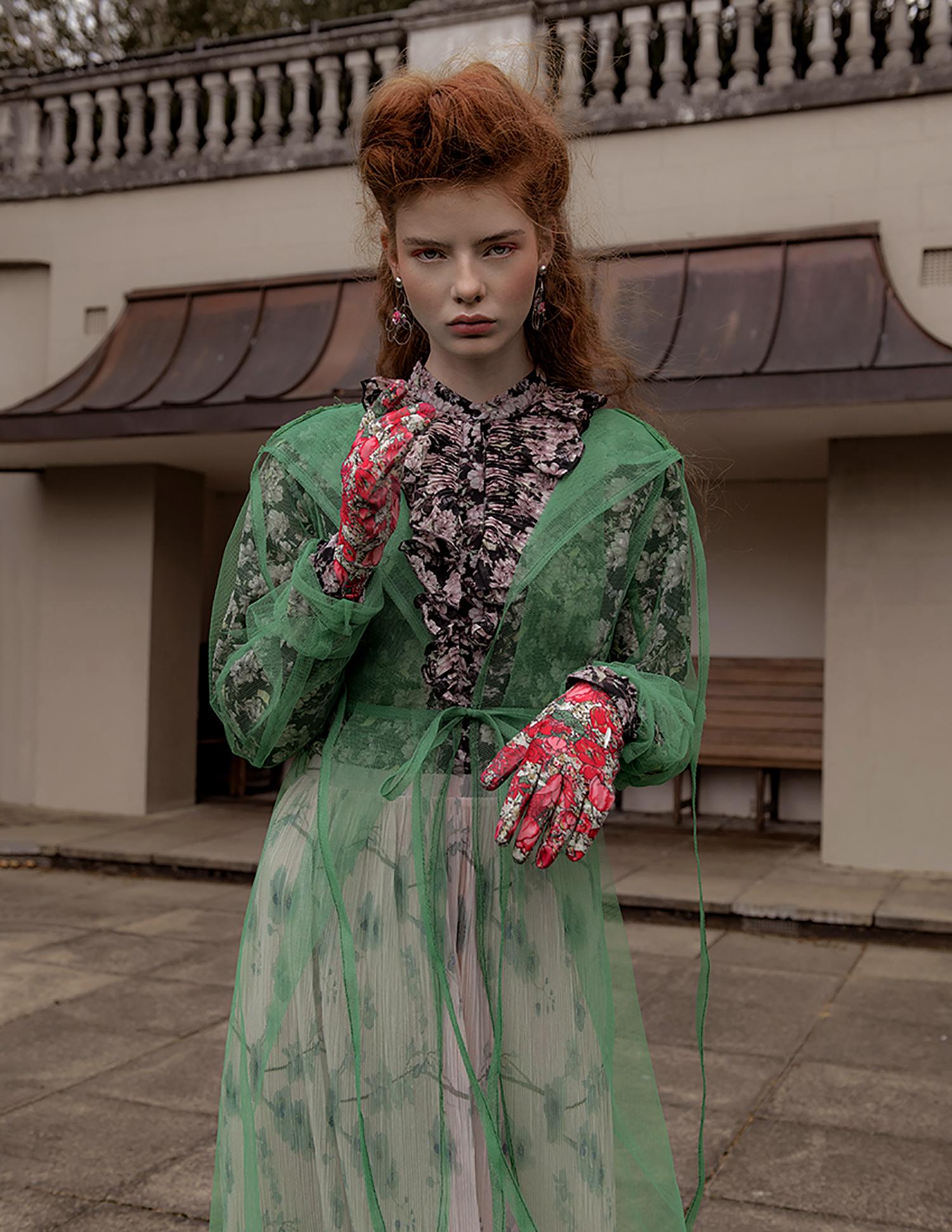 Aretes  CAR|2I E, abrigo  Shiori Suzuki , Shirt by H&M, guantes   PRTTYBOI LDN , falda  TOPSHOP , botas  ASOS .