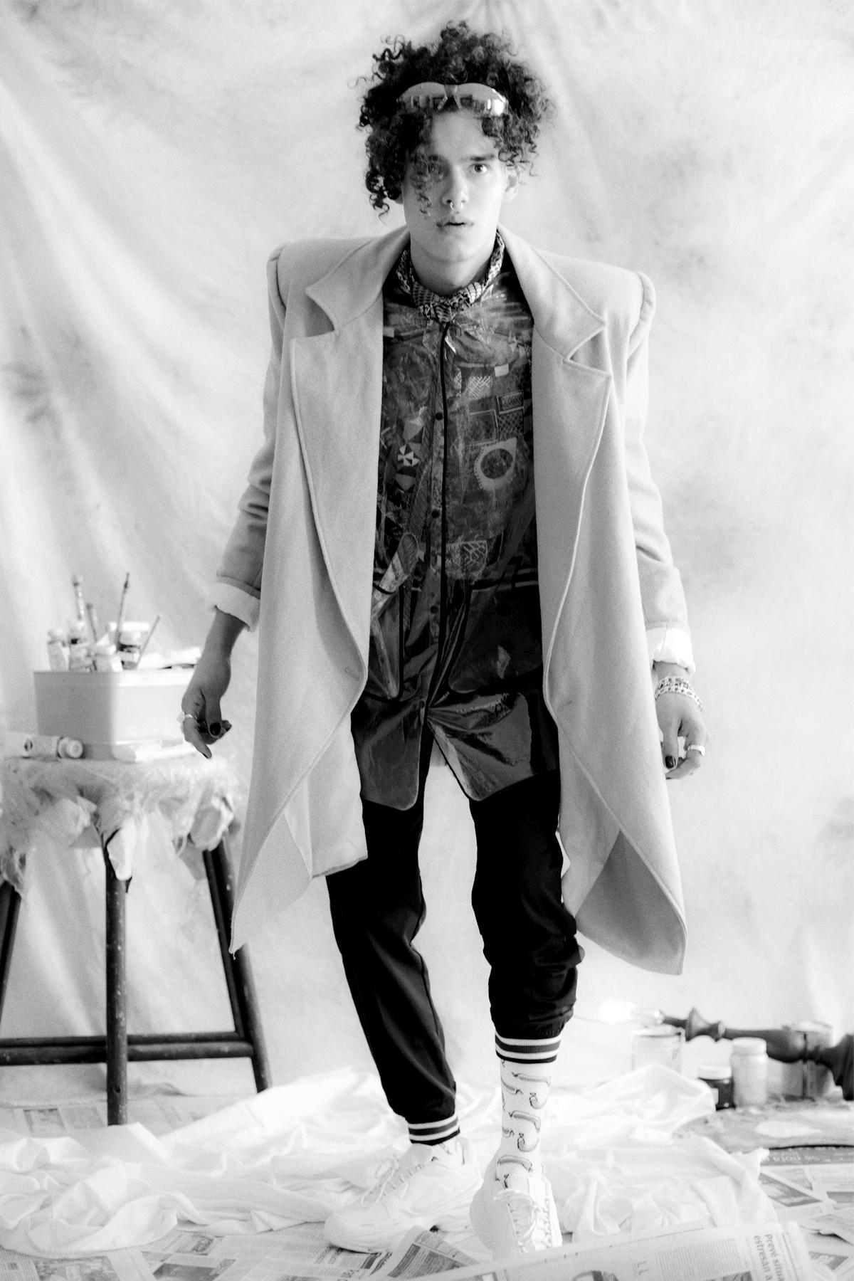 Gabardina  Tacky Terror,  pantalón  Unmilked,  camisa Vintage:  Ropa lol , Lentes y joyería de las coordinadoras de moda.