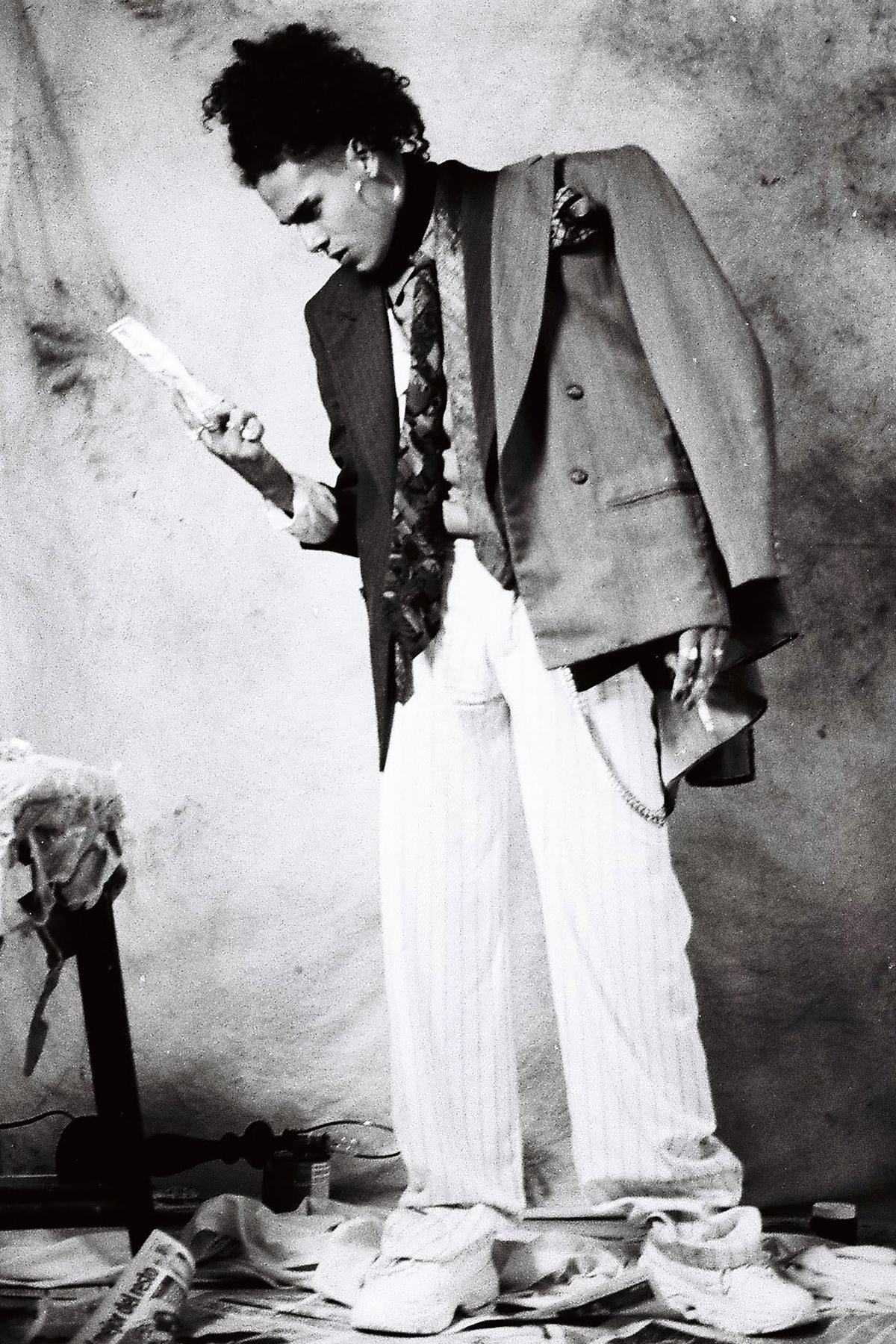 Pantalones  Tacky Terror , tenis  ZARA  saco, chaleco, camisa, corbata y joyería de las coordinadoras de moda.