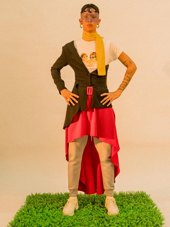 Blazer y falda: Alejandra De Coss Camiseta: Sad Youth Pants y tenis: Reebok