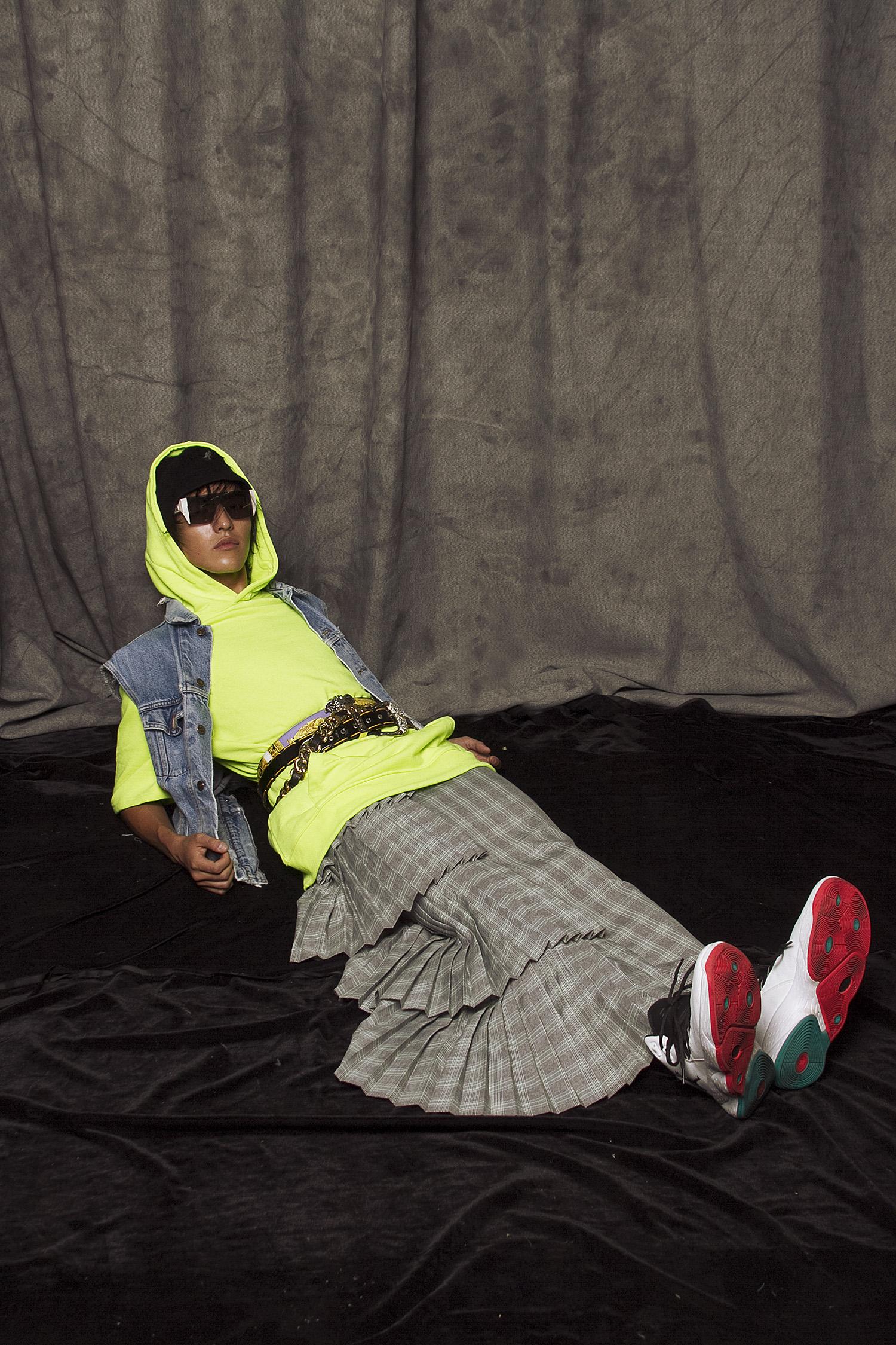 Sudadera  Forever 21,  chaleco mezclilla  Levi's,  falda de cuadros  Tanamachi,  cinturón1  NDA,  cinturón 2  Versace  Cinturón 3  Moschino,  tenis  Jordan,  lentes de sol  Max Mara,  bucket Hat  Kangol.