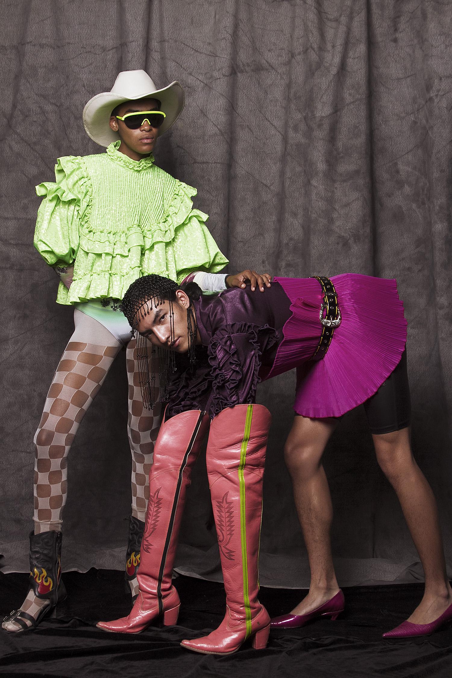 Camisa  Punto , stiletto de la estilista, botas  Antbrand,  cinturón:  N.D.A.   Headpiece de la estilista. Botas  Sánchez Kane x blacornio,  sombrero de la estilista, lentes  Polaroid,  body  Paloma rosa,  mallas vintage.