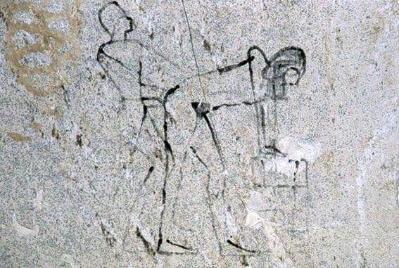 Supuesta imagen hecha por algún obrero/esclavo que representa a Hatshepsut con su amante, el arquitecto real del templo en Deir el-Bahari.