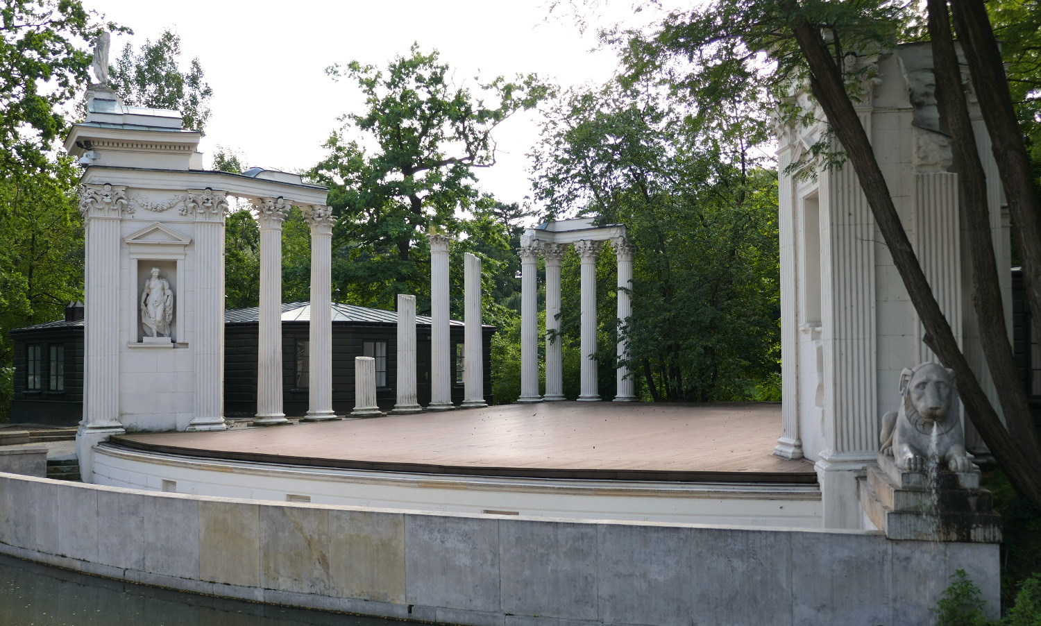 While it's only a replica of a Roman theater, it's still a gorgeous addition to Lazienki Park