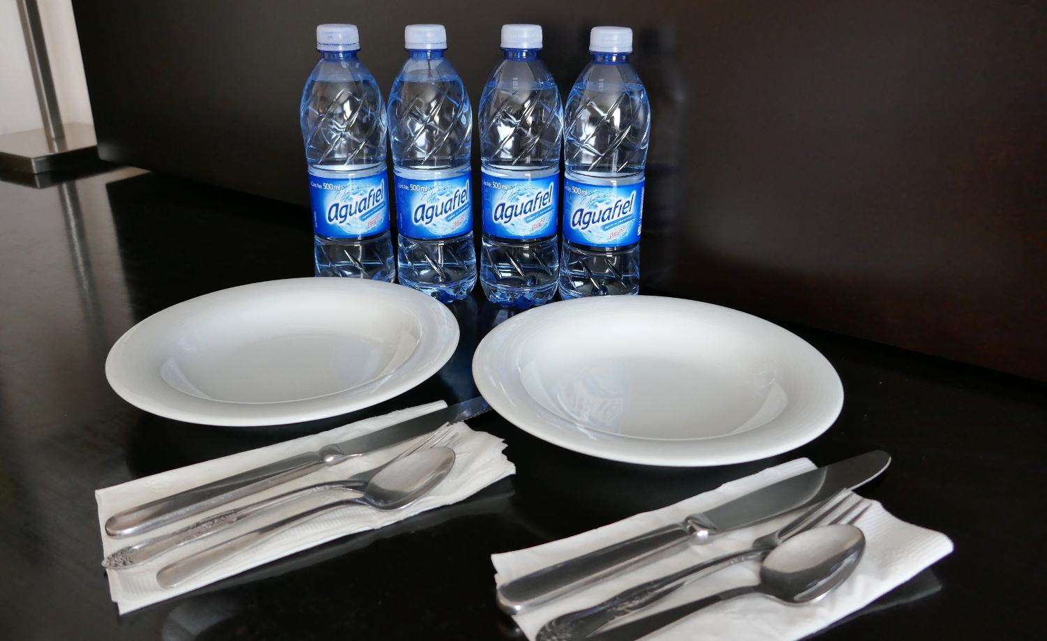 hotel hacks eating hotel room place settings extra water silverware salad bowl plates