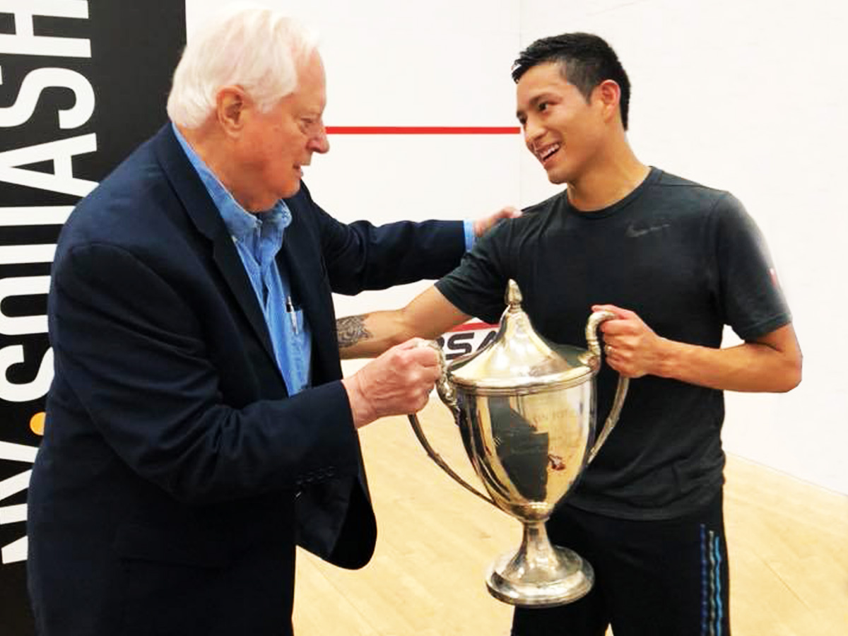 2018 Hyder PSA Pro Draw : Dr. Quentin Hyder, founder of the tournament, presents the Trophy to 2018 champion Alfredo Avila.