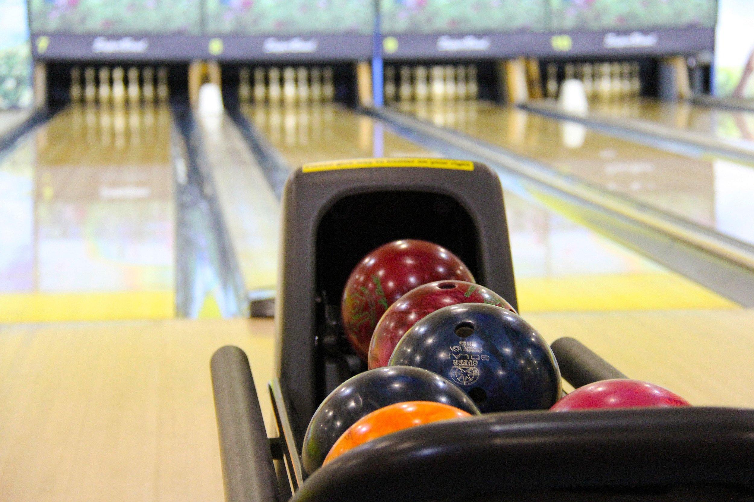 bowling-bowling-balls-game-53115.jpg