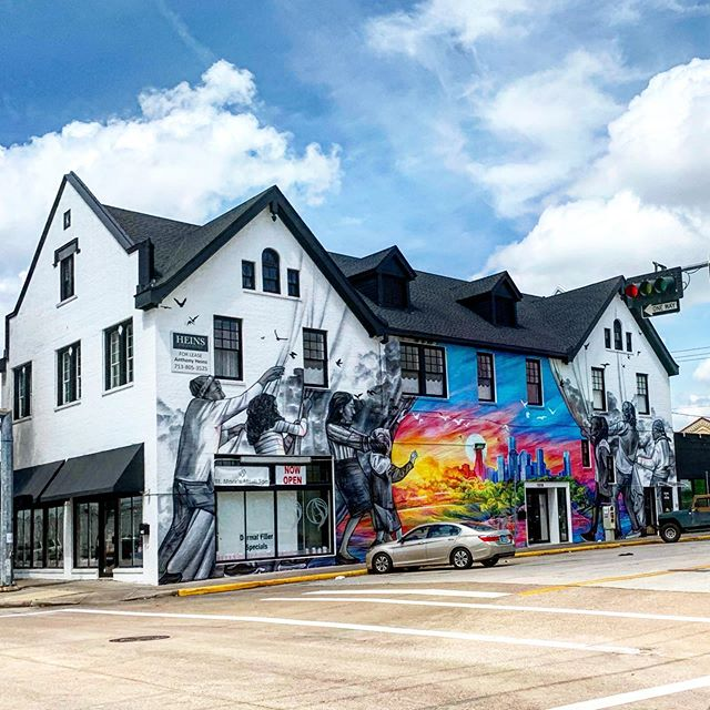 Street art  #houstondowntown #texasphotographer #artemiaphotography #bluesky #graffiti #houstongraffiti #mural #muralart #Houstonstreetart #picoftheday #instagram #instaart