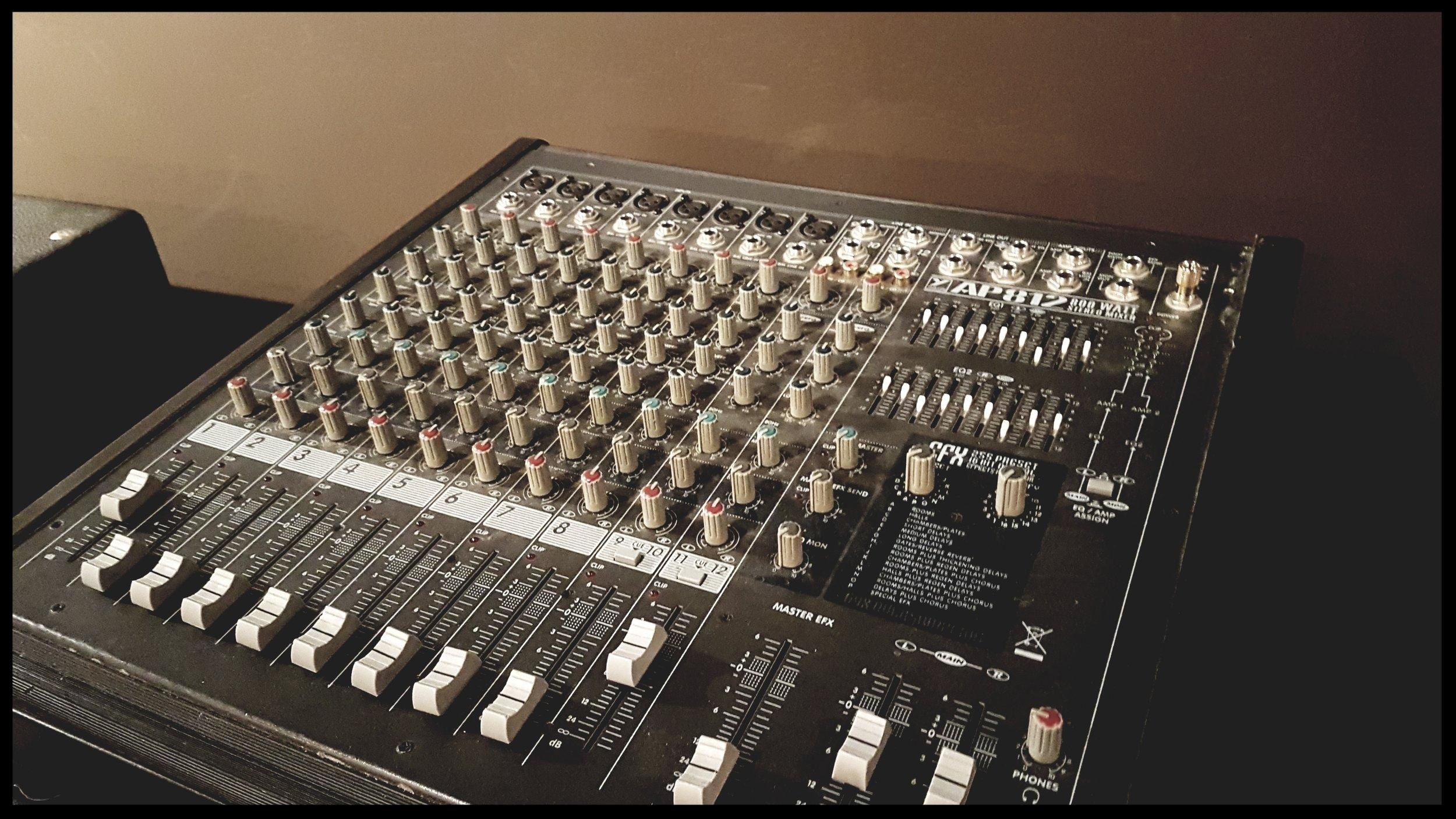 Yorkville AP812 power mixer
