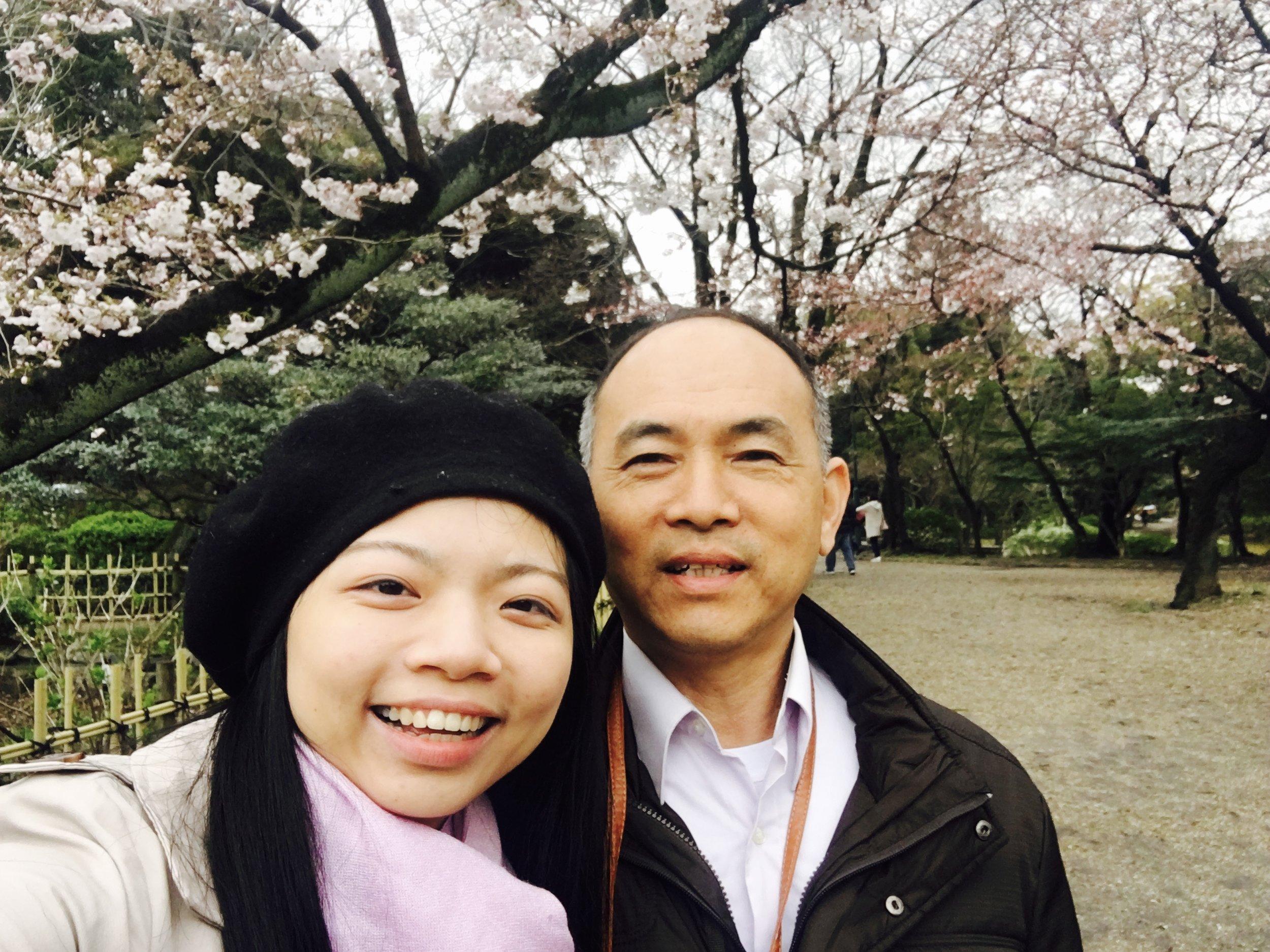 爸爸偶而會碎念自己的臉怎麼拍起來這麼圓,我就只好自告奮勇地拉近自己跟相機鏡頭的距離,所以爸爸的臉拍起來相對的小!