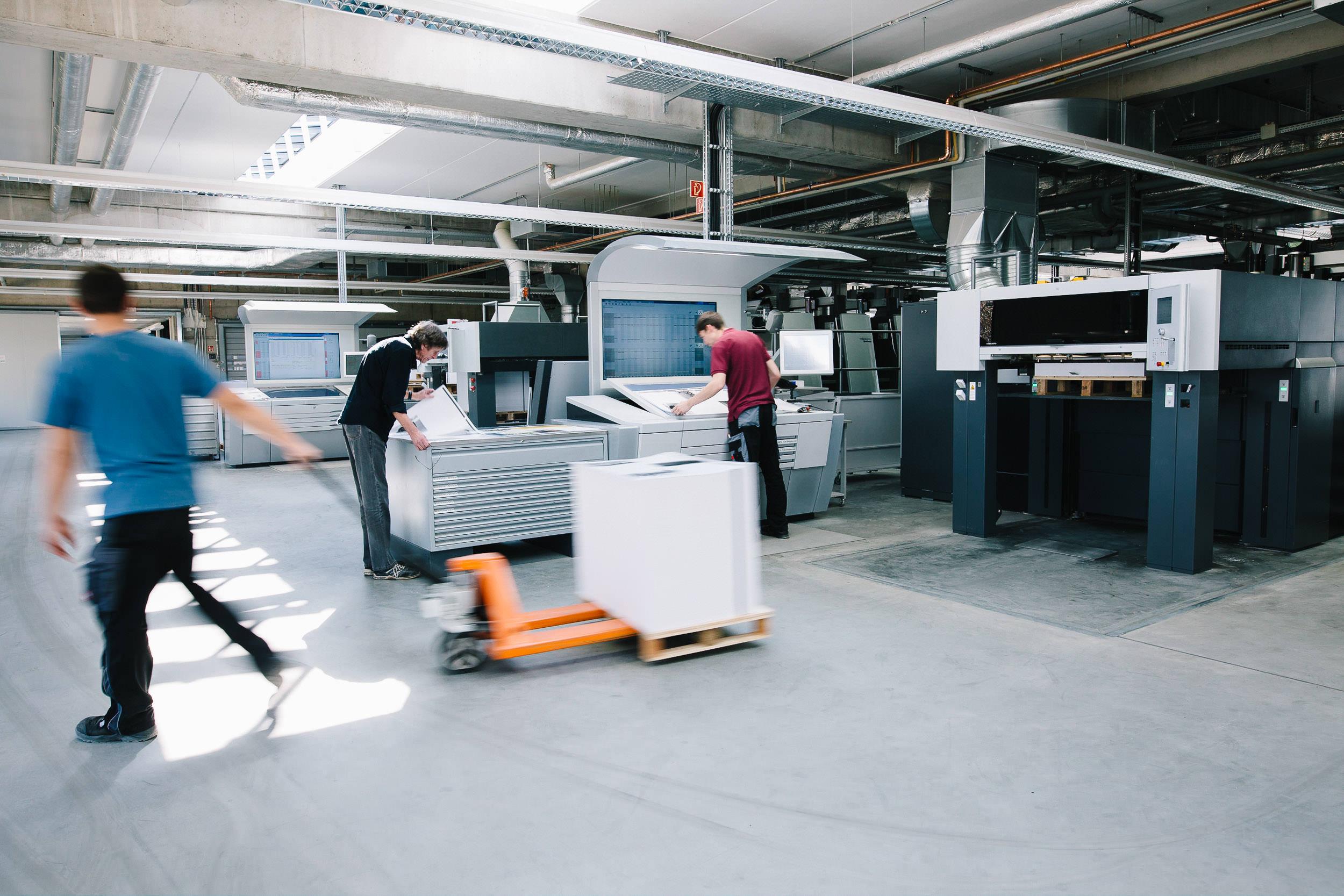 OM_Druck-Mitarbeiter-an-Maschine-170328-142.jpg