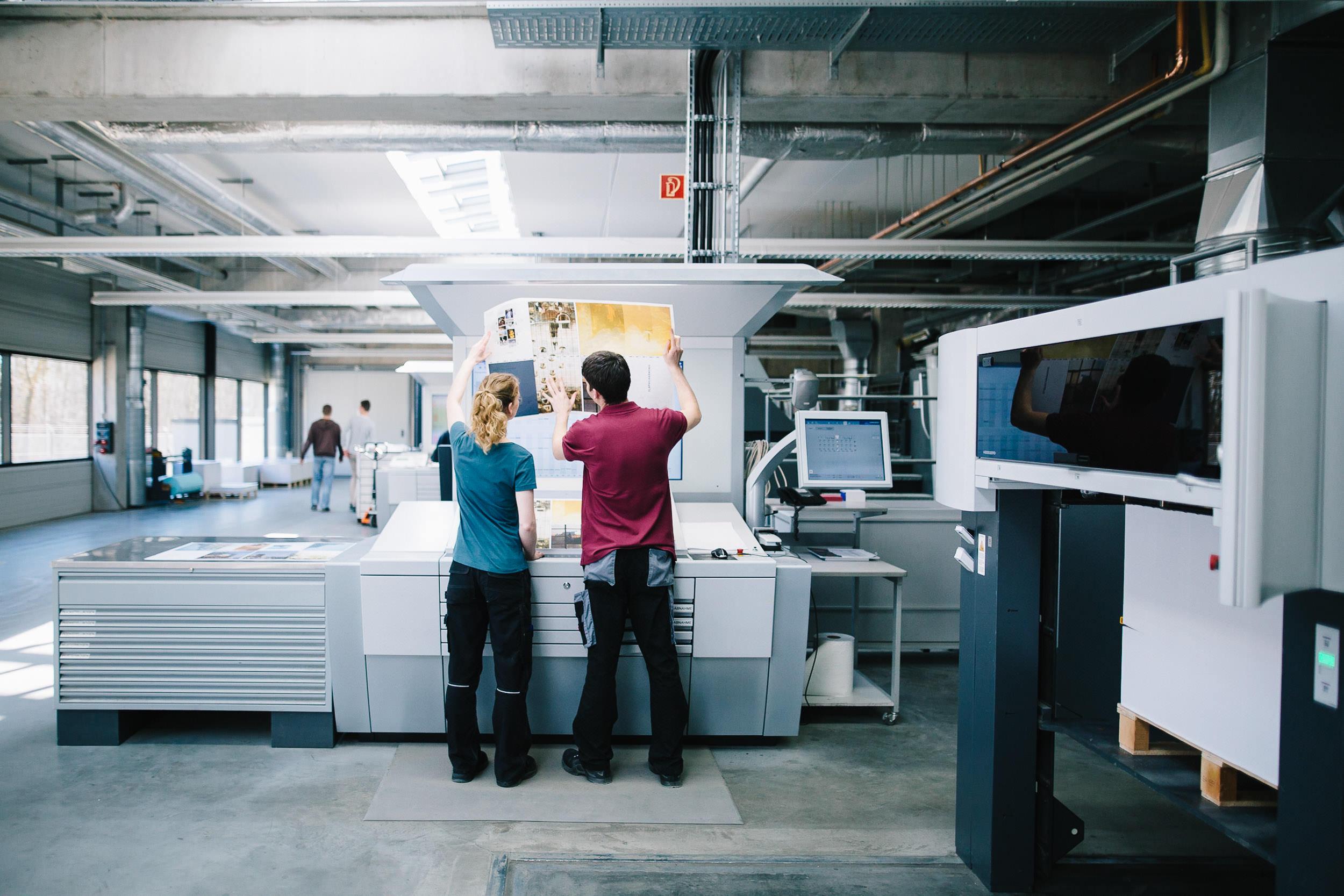 OM_Druck-Mitarbeiter-an-Maschine-170328-108.jpg