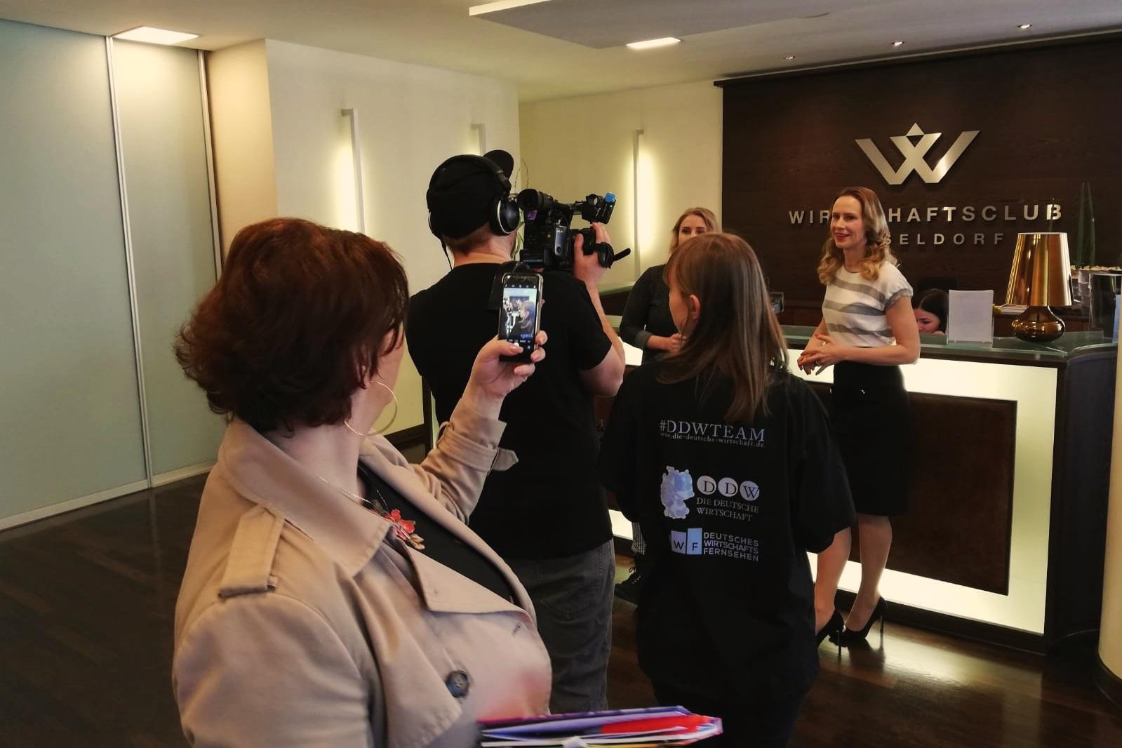 Wir drehen das. - Mit unserem Video- und Moderationsteam sind wir im Unternehmen zu Gast, besuchen dein Event oder produzieren in unserem Redaktionsstudio nahe Düsseldorf.