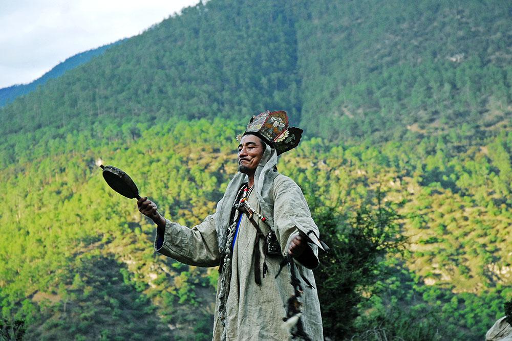 Dongba priest A Gao dancing. Eya Muli, Sichuan, 2007. (by Su Guosheng)