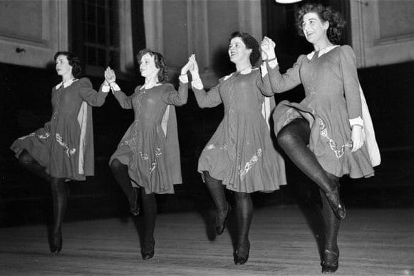 Ceilí dancing -