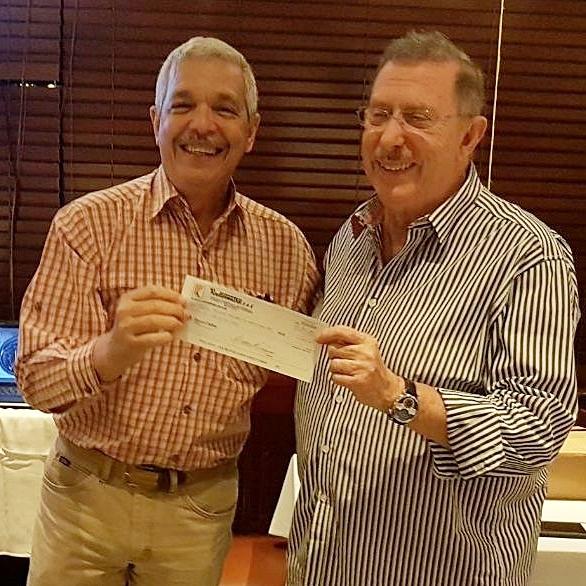 José Manuel Henriquez recibiendo de Isaac Rudman, patrocinio de Radio Centro.