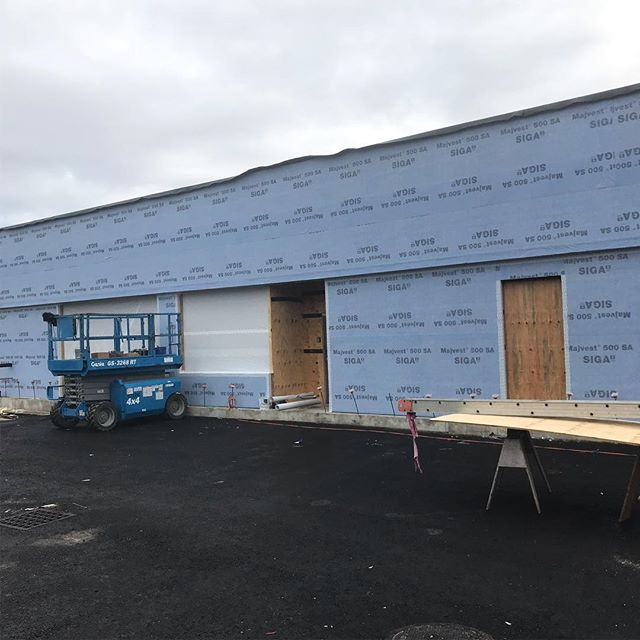 @siga_north_america self adhering building wrap/vapor barrier. Swiss company looking to gain more traction in the U.S. Commercial grade wrap similar to Blueskin but the major advantage is can be applied without primer in temperatures down to 14 degrees Fahrenheit. Blueskin 160 minimum application temperature is 20 degrees and requires primer. Also comes in 5' wide rolls with a peel away split back which makes process much easier. Paint on damp proofing used on CMU. Quick 4 day process for wrap and insulation with crew of four roofers who had not done before. Loctite PL 375 used to help adhere rigid insulation on top in Z clips . . Did not work great as some sheets fell off a few days later In the wind. #siga #vaporbarrier #construction #insulation #blueskin #rain #weatherproofing #newconstruction #commercialconstruction #builder #diy #damproofing #carpentry #modernarchitecture #modernbuilding