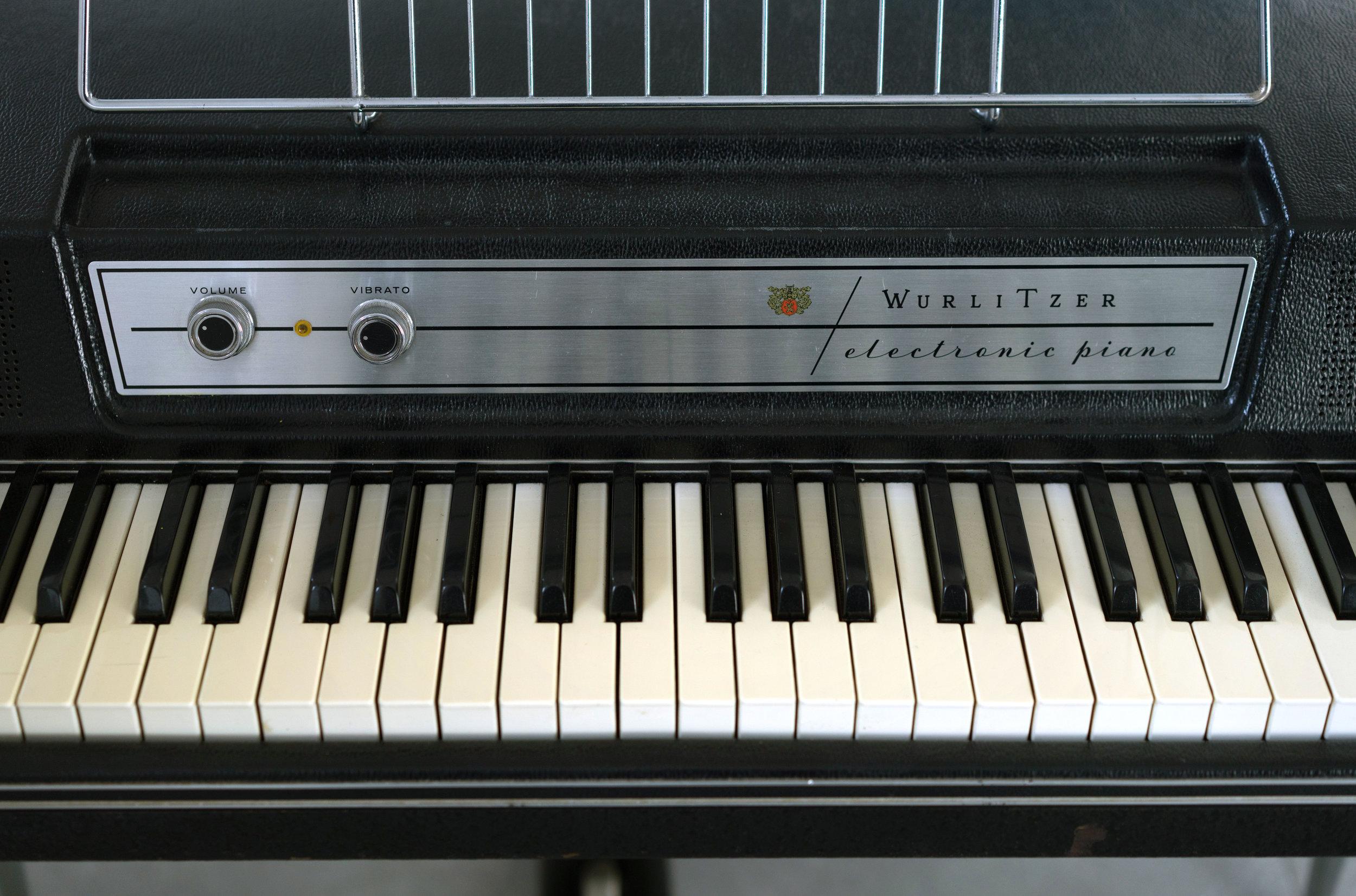 Wurlitzer 200 Volume & Vibrato Knobs