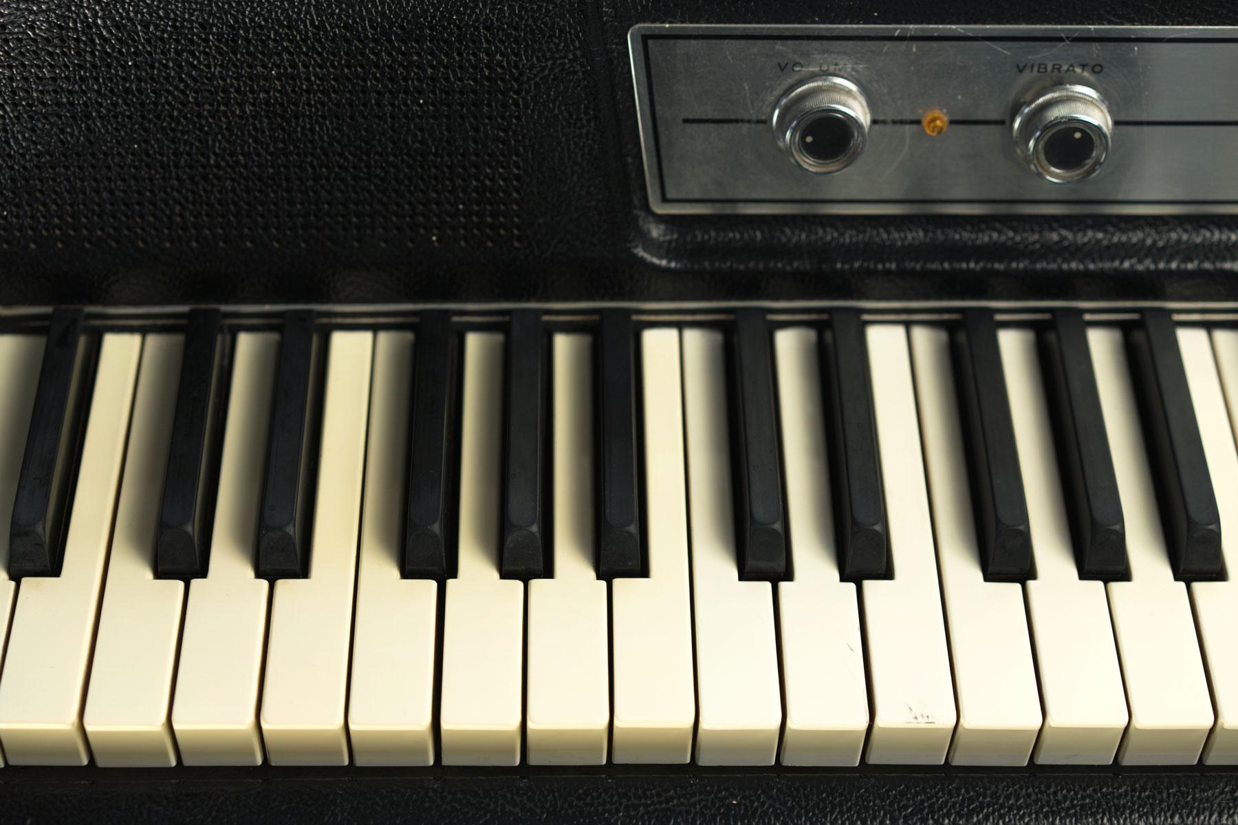 Wurlitzer-200-electronic-piano-keys.jpg