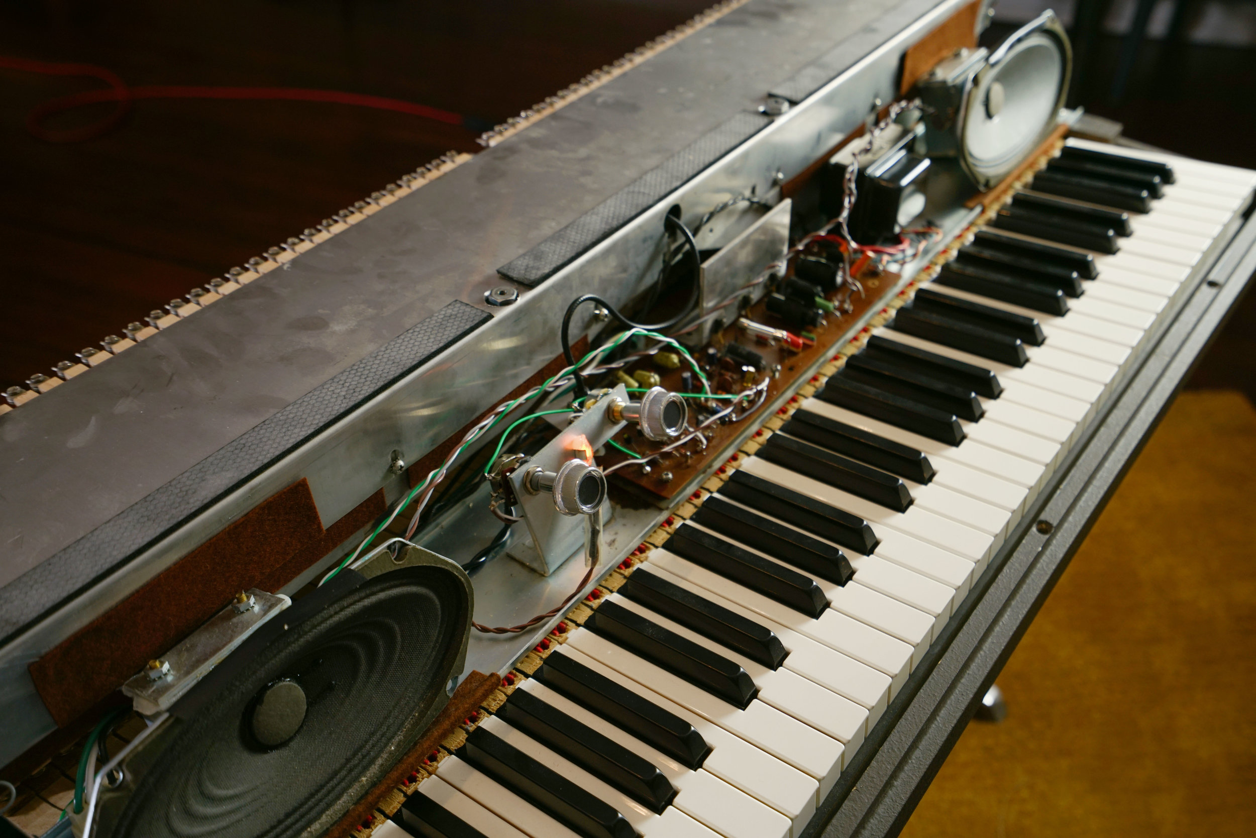 This Wurlitzer 200 has a different physical layout than the 140b, but it works under the same principles. The mechanical action is a little more compact, so that the amplifier can fit in the front of the keyboard.