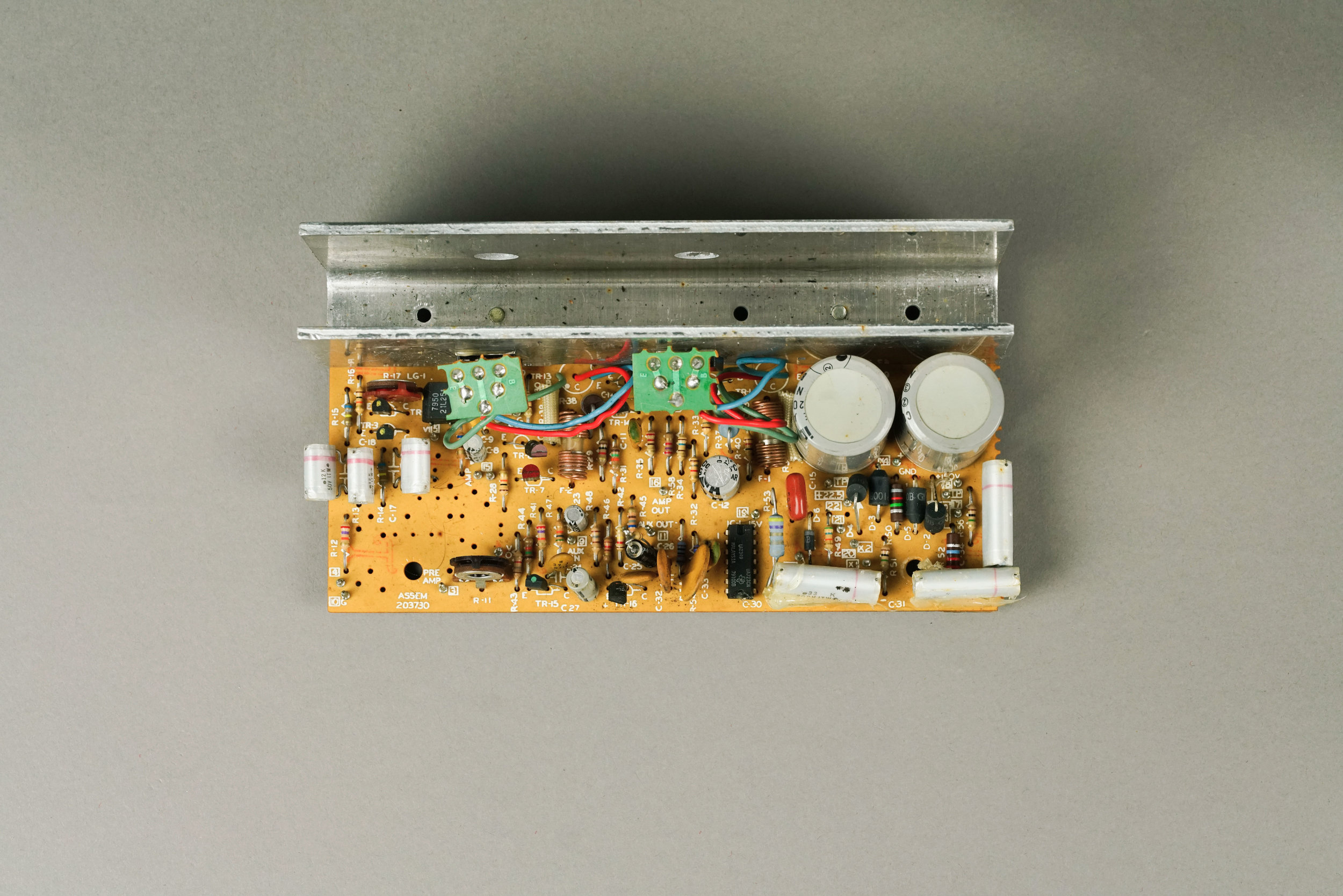 Contrast this Wurlitzer 200a amplifier with the 140a above. Here, the power transistors are mounted upside-down on the small green circuit boards.