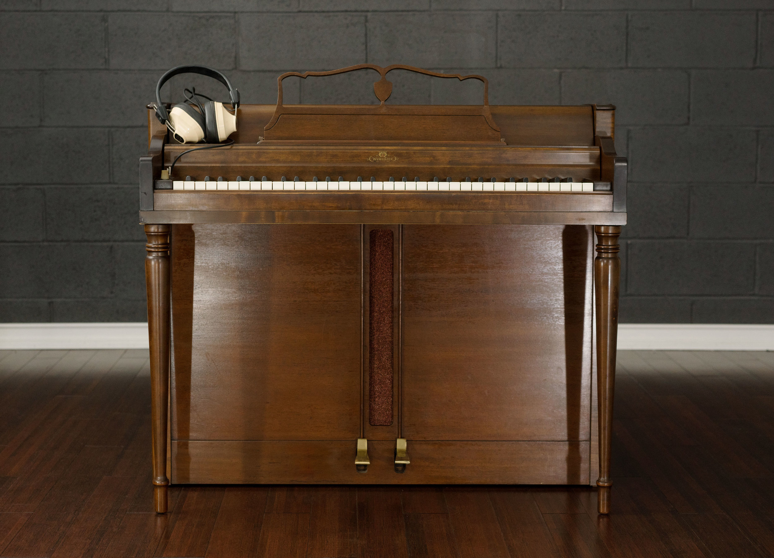 The Wurlitzer 726, the console student version of the Wurlitzer 140b. (Note the hard-wired headphones.) Inside, the cabinet is empty - other than an oval speaker and a 140b amplifier.