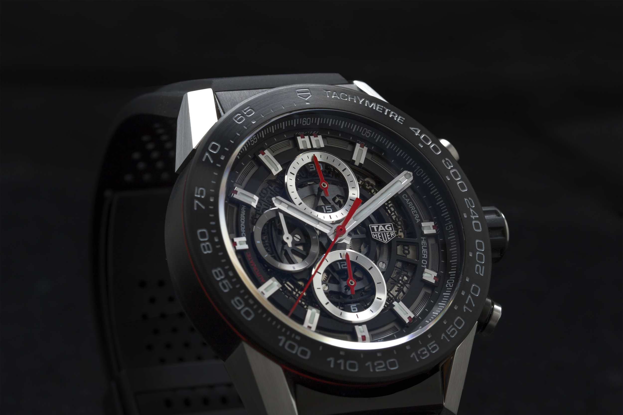Boasting a large and powerful 44mm case, the  Heuer-01  is much larger than the original Carrera.