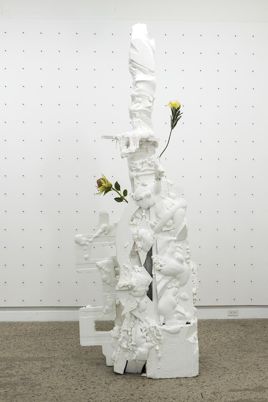 Philippe Caron Lefebvre,  Flèche,  2016, Mousse polyuréthane, polystyrène, peinture et fleurs artificielles, Dimensions variables