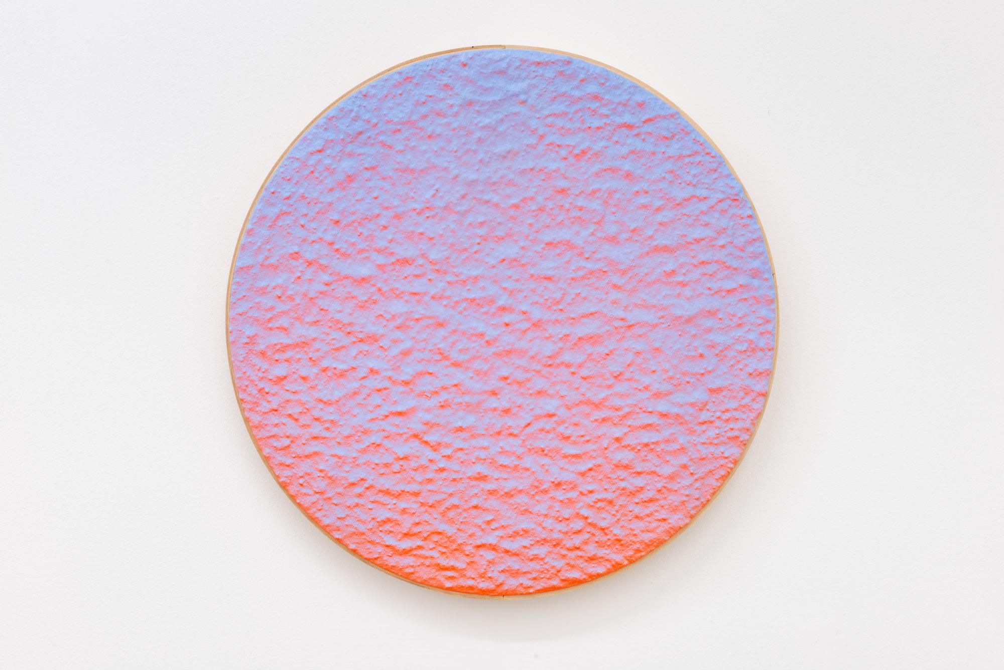 """Pierre Julien,  In the Deepest Oceans  - B015, 2018, stucco, peinture acrylique et peinture aérosol sur panneau de bois, 16"""" diamètre (41 cm)"""