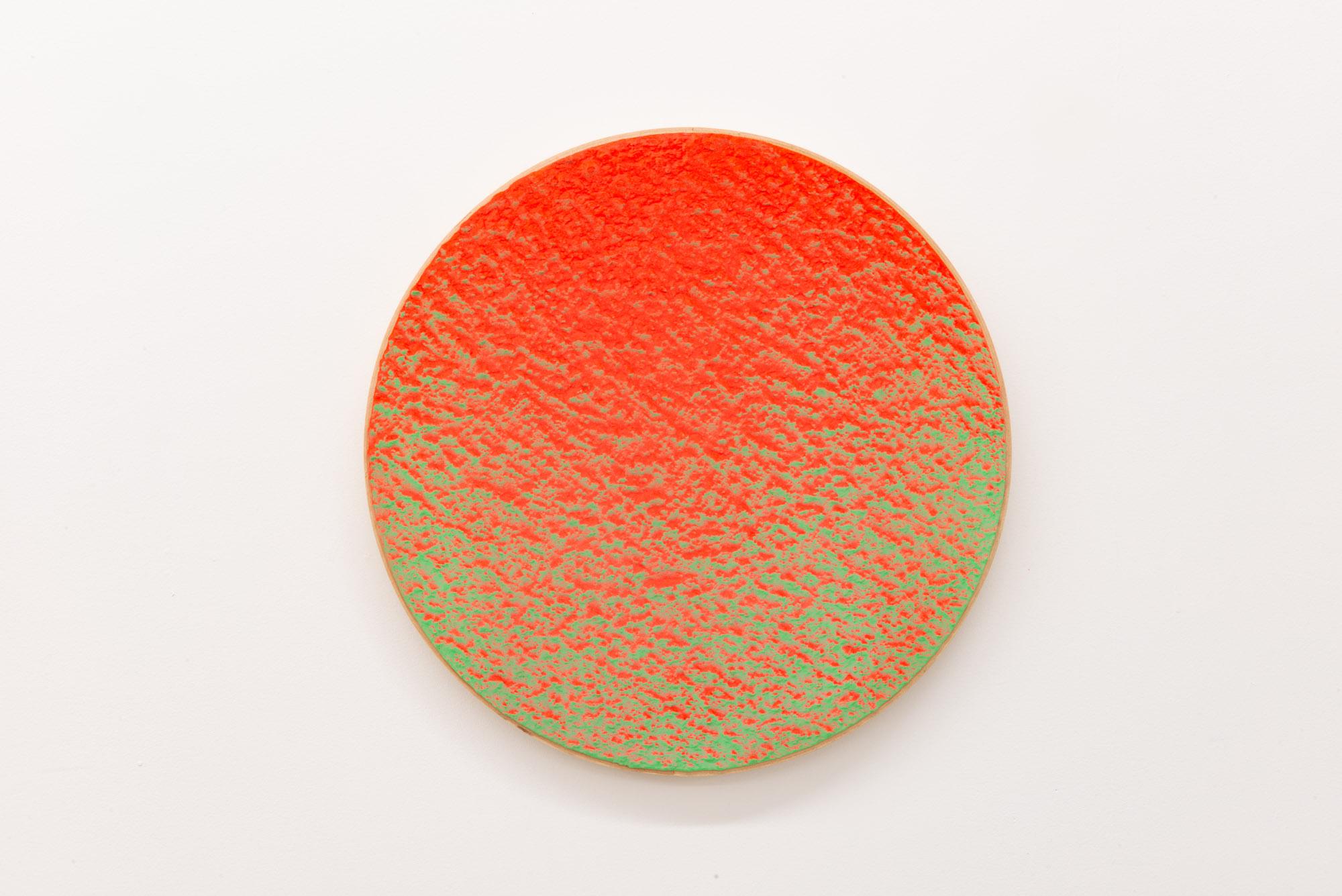 """Pierre Julien,  In the Deepest Oceans  - B009, 2018, stucco, peinture acrylique et peinture aérosol sur panneau de bois, 16"""" diamètre (41 cm)"""