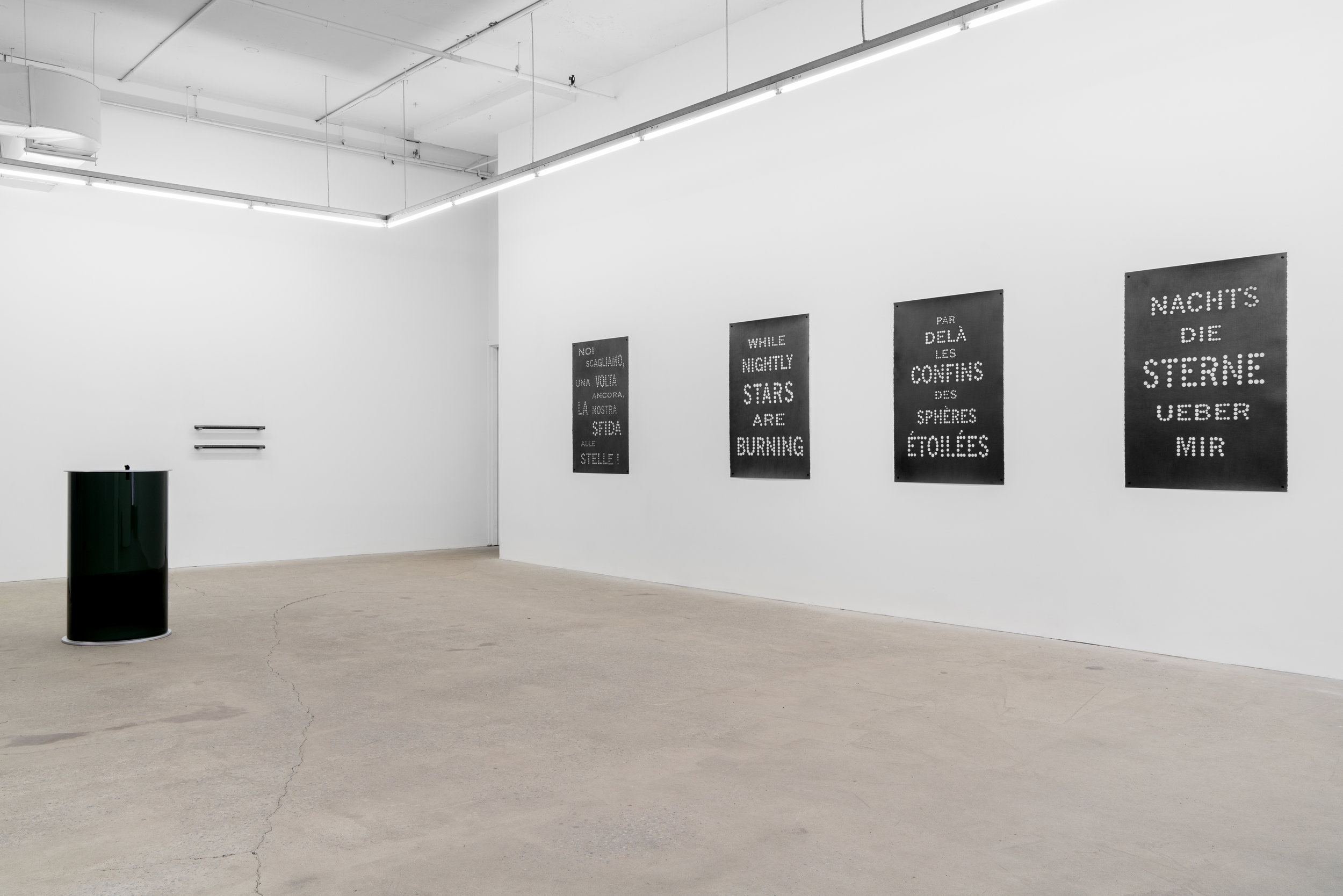 Das Gleitende - 2 , 2018, vue d'exposition, Galerie Nicolas Robert, photo : Jean-Michael Seminaro