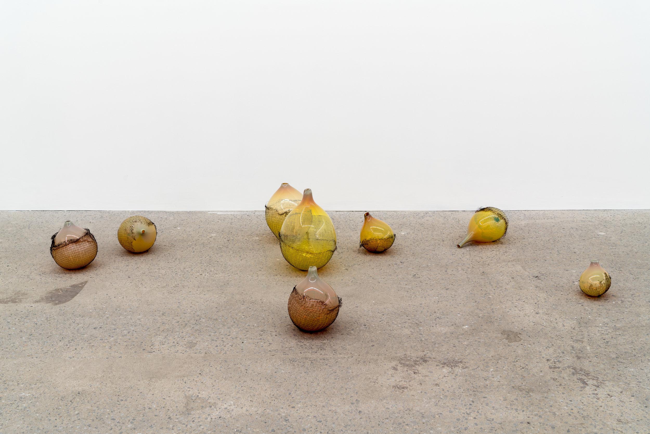 Lorna Bauer,  The Idlers , 2018, verre soufflé et maille de cuivre, dimensions variables