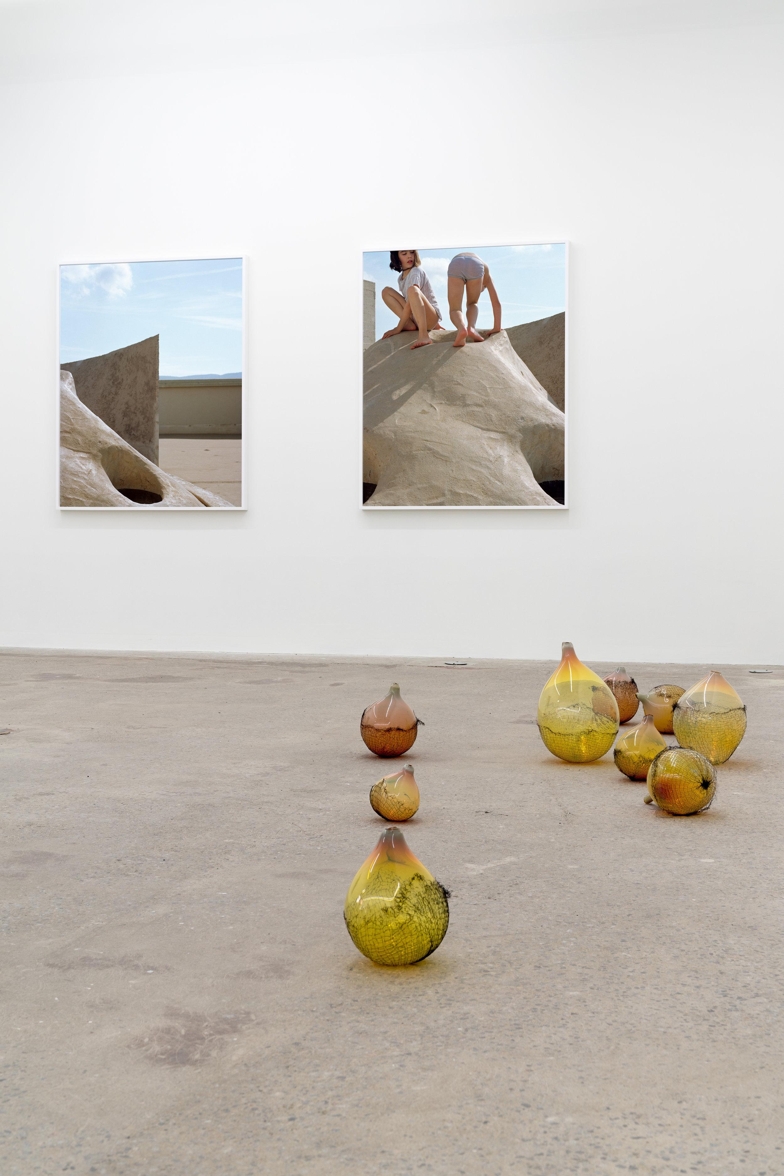 Lorna Bauer,  Tools for Idlers , 2018, vue d'exposition, Galerie Nicolas Robert, photo : Jean-Michael Seminaro