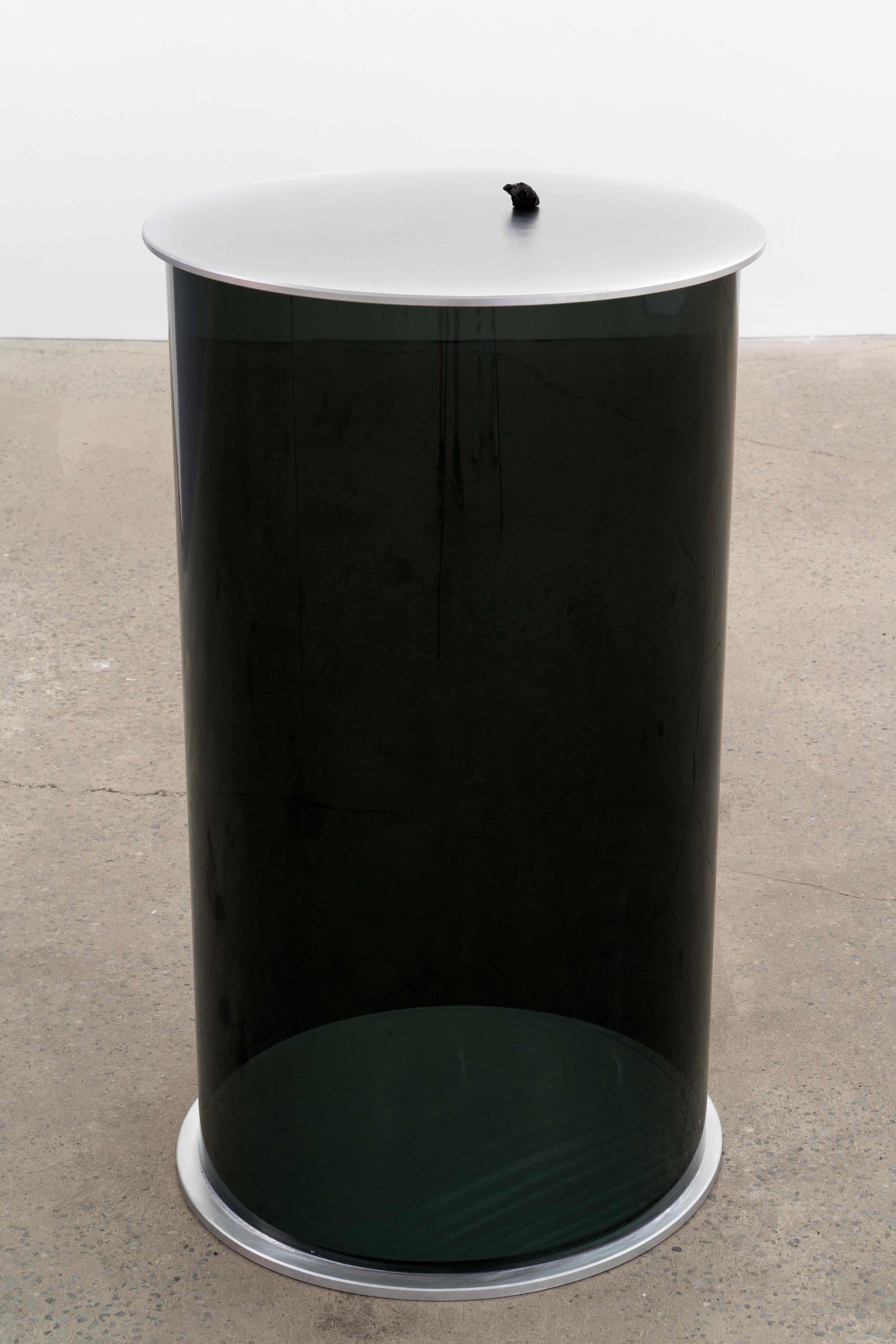 "Carl Trahan,  Der Rib , 2018, météorite, plexiglas et aluminium, 94 x 53 x 53 cm (37"" x 21.5"" x 21.5"")"
