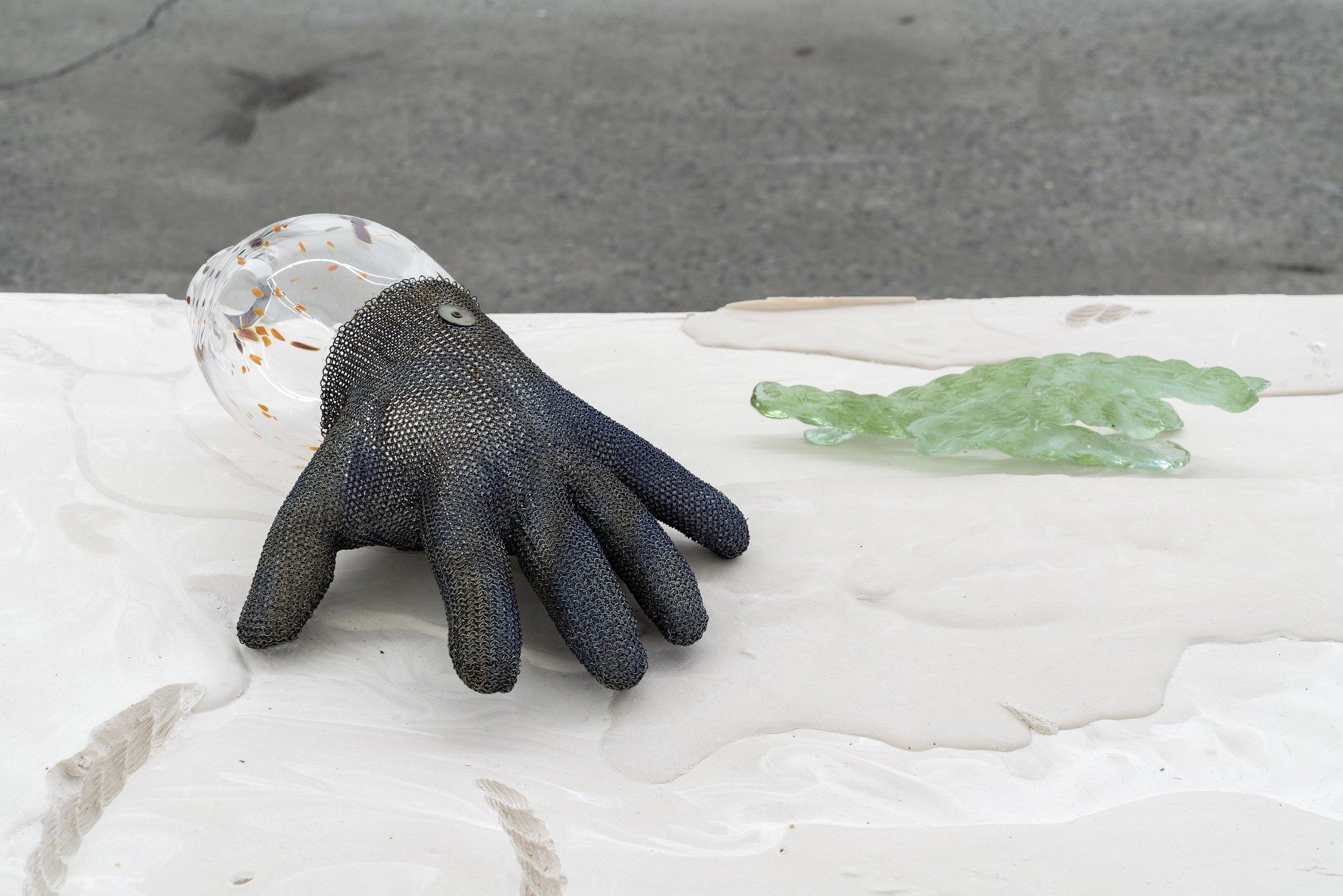 """Lorna Bauer,  The Hand of Mee and the Moonflower no.2 (détail), 2018,  verre soufflé, gants de boucher en acier, cristaux de verre dichroïque moulés, sphère de cristal, plâtre, bois, 51 x 91 x 213 cm (20"""" x 36"""" x 84"""")"""