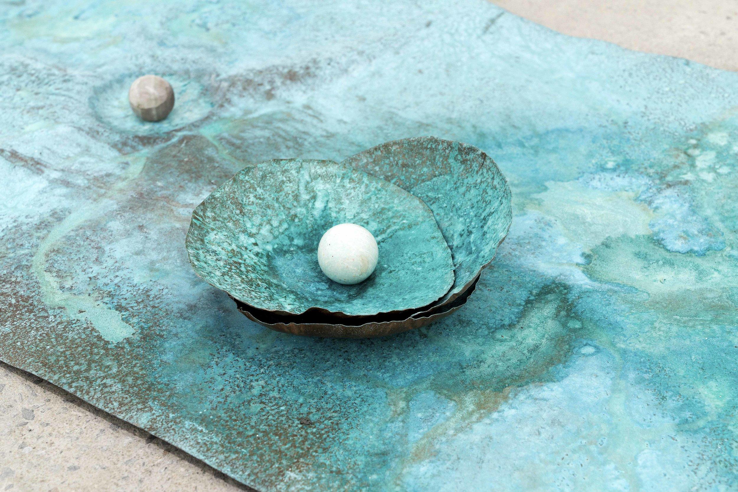 """Lorna Bauer,  The Toilers (détail),  2018, cuivre martelé, Miracle grow, sphère de cristal, 61 x 122 cm (24"""" x 48"""")"""
