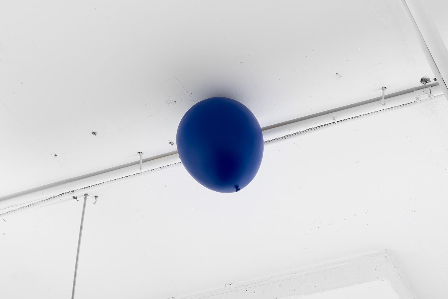 """Roula Partheniou,  Unethered (balloon), Dusk,  2019, résine, mousse, peinture automobile, 33 x 25 x 25 cm (13"""" x 10"""" x 10""""), courtoisie MKG127 Gallery"""