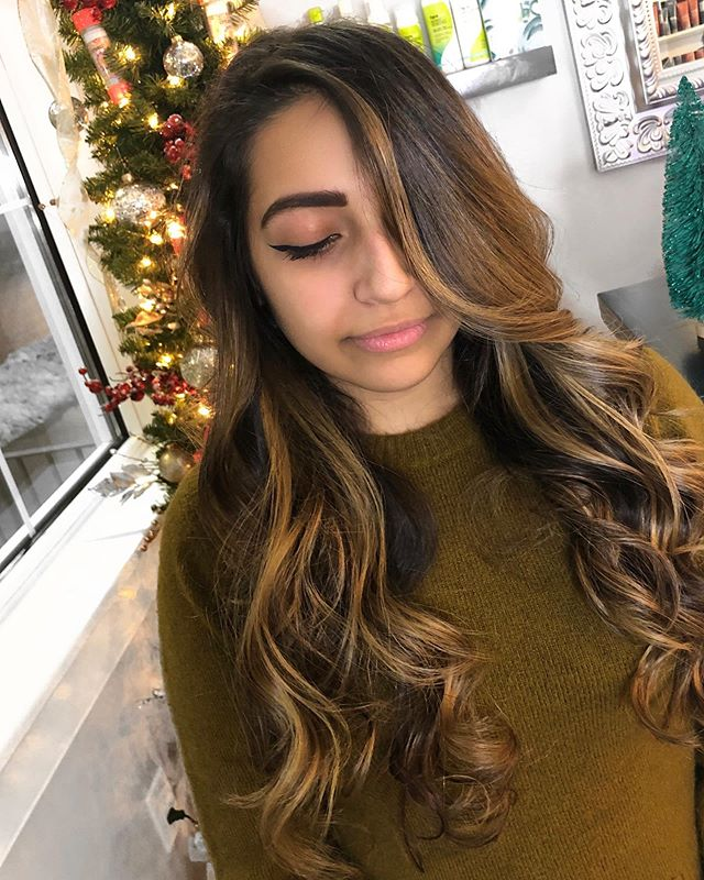 Holiday hair-painting Created by Designer Erin ♥️ Call•text (518) 225.2225. . . . . . . . #jennassalon #hairpainting #colormelting #balayage #foilayage #longhair #healthyhair #honeyblonde #kmsapprovedus #goldwellapprovedus #artistsoninstagram #stylistsupportingstylists