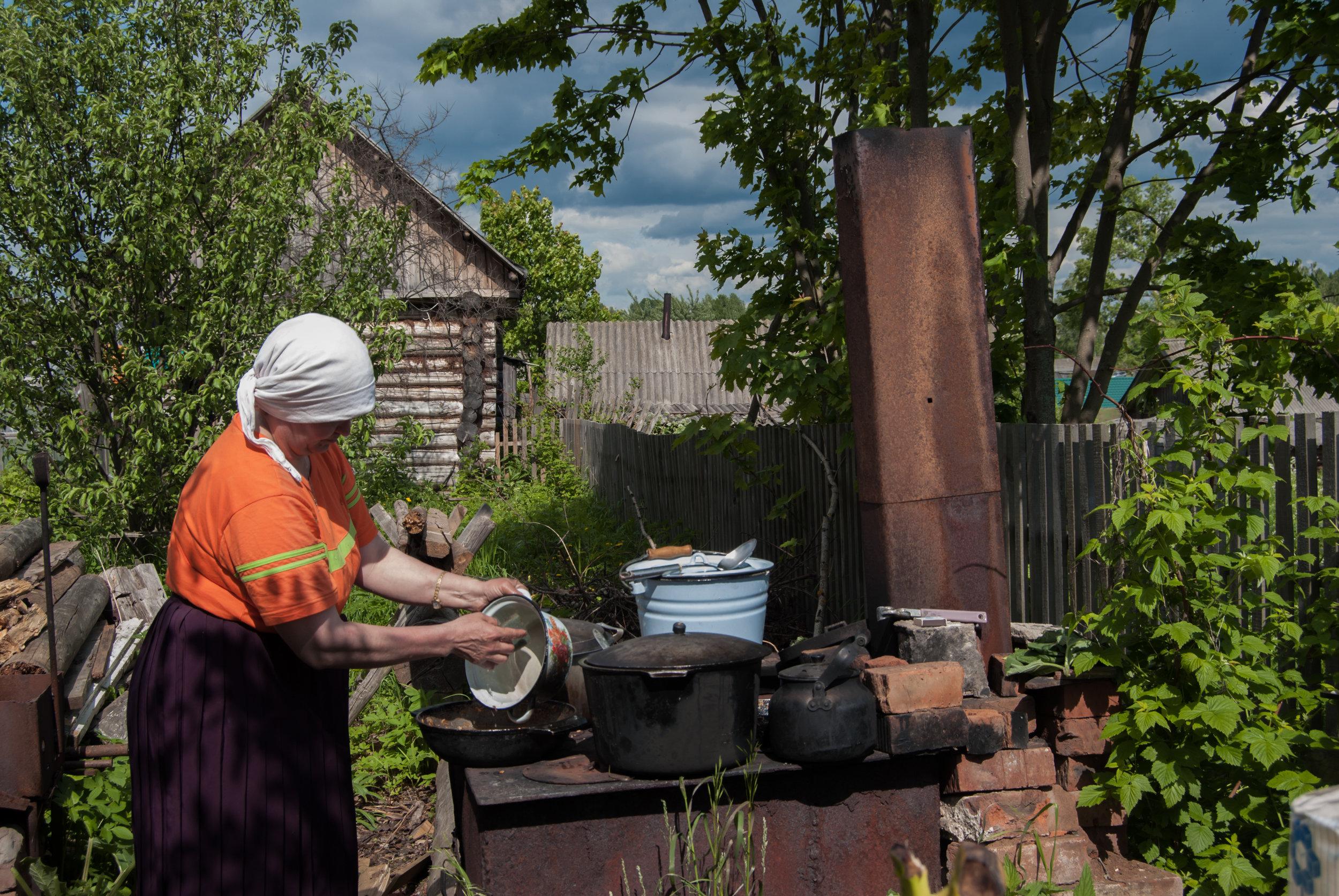 Cooking for pilgrims, Velikoretskoye, June 2009