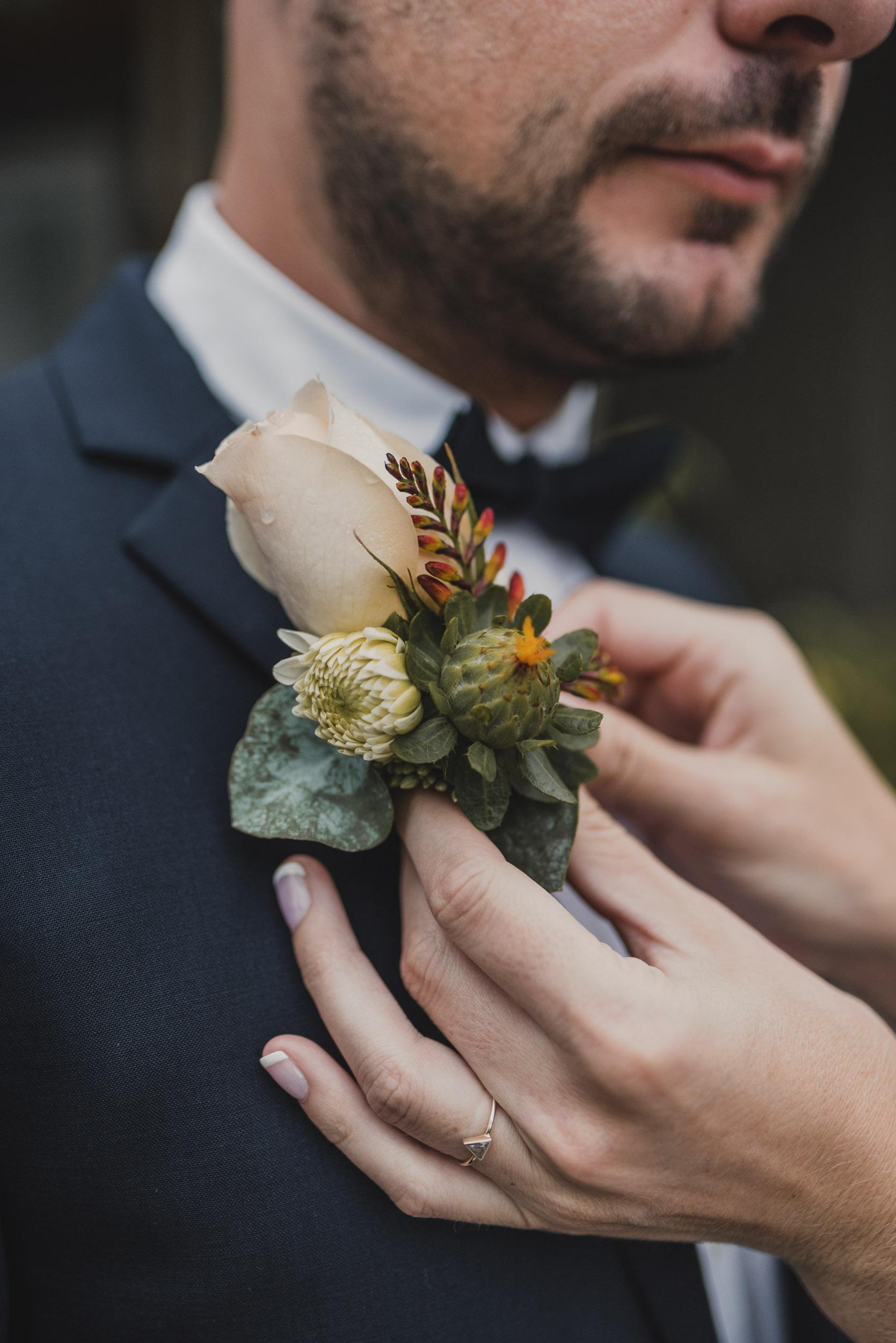 Bride attaches boutonnier