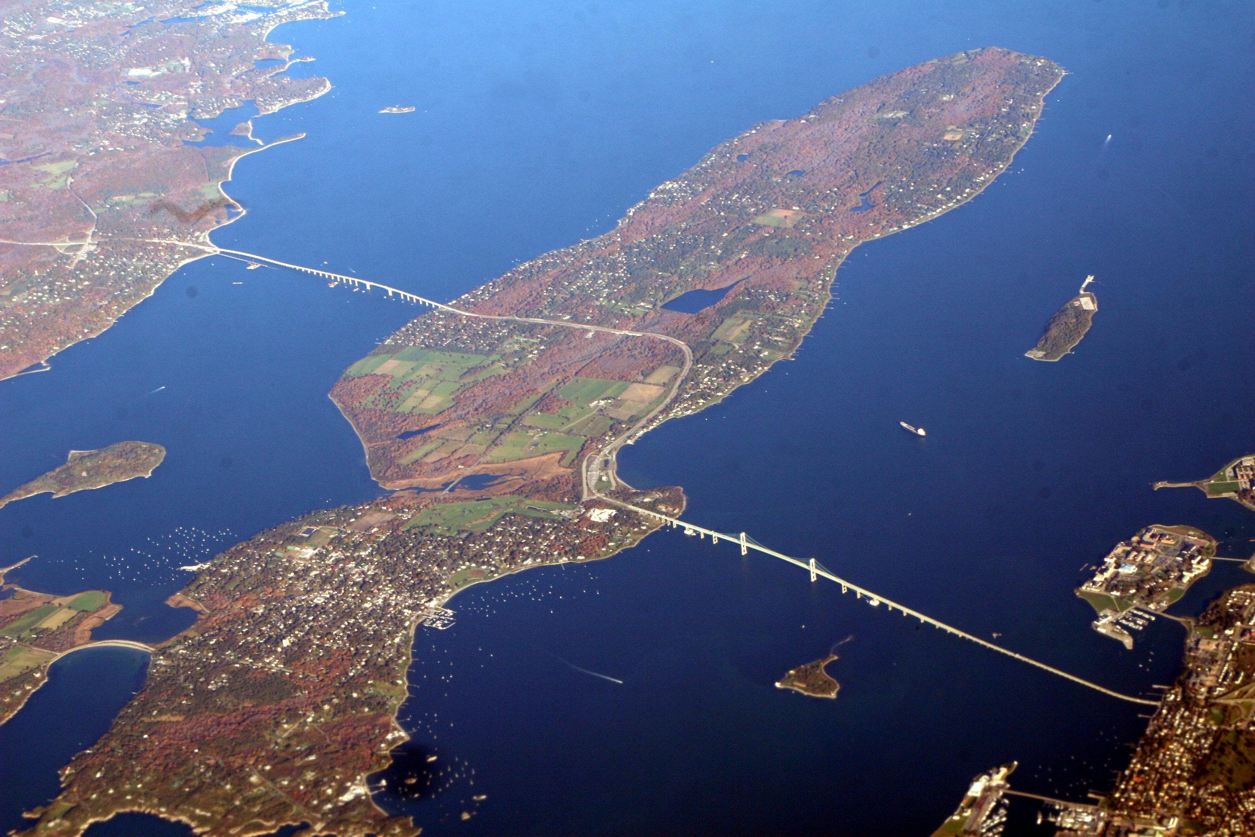 Newport_Bridge,_Narragansett_Bay.jpg
