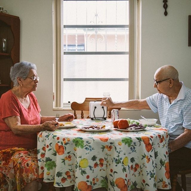 I made this photo years ago, and I still think about it from time to time. The family wanted some photos of their grandparents spending a usual Sunday afternoon together, eating lunch and sharing a Diet Coke, which was tradition for them. I really connected with this family because they reminded me so much of my own, and I think we forget how important it is to document our elders too. If you're interested in doing this for your grandparents, I'm offering a special rate until October. 🖤