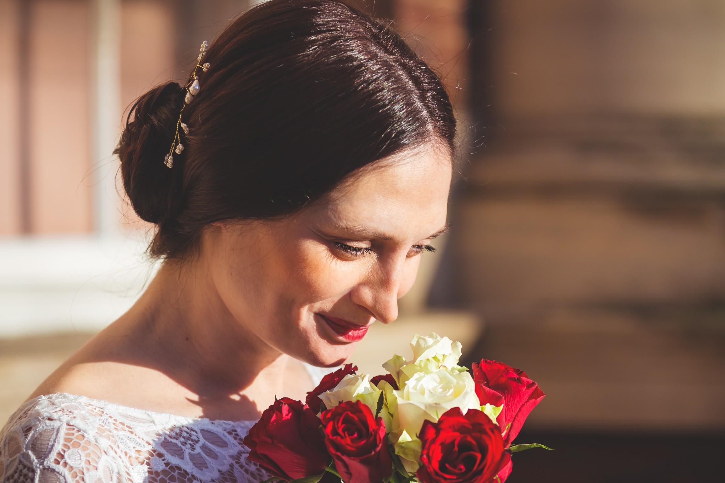 bride, kettering registry office, fotovida wedding photography, bouquet